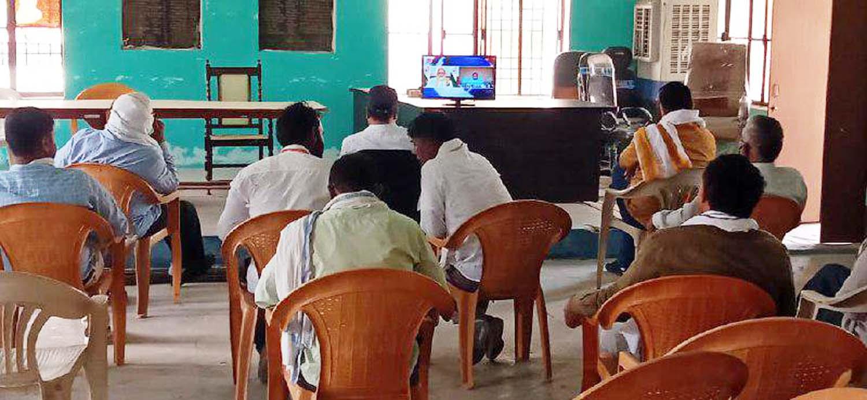 पंकज बिंद जौनपुर। राष्ट्रीय पंचायती राज दिवस पर प्रधानमंत्री नरेन्द्र मोदी द्वारा शुक्रवार को प्रातः 11 से 12 बजे तक टेलीकास्ट/वेबकास्ट के माध्यम से देश को पंचायतों को सम्बोधित किया। इसका सीधा प्रसारण जिलाधिकारी दिनेश सिंह सहित अन्य अधिकारियों द्वारा टीवी पर देखा गया। सम्बोधन के दौरान प्रधानमंत्री ने ई-ग्राम स्वराज वेब-एप्लीकेशन को लांच एवं स्वामित्व योजना का शुभारम्भ किया। साथ ही कतिपय ग्राम व क्षेत्र पंचायत जिनके द्वारा कोविड-19 आपदा के दौरान उत्कृष्ट कार्य किये गये हैं, उनके प्रतिनिधियों/सदस्यों से वार्ता भी किया। प्रधानमंत्री ने कहा कि भारत की आत्मा गांव में बसती है। गांव में स्वामित्व का निर्धारण किया जायेगा। सशक्त पंचायतों से सशक्त भारत का निर्माण होगा। पंचायती राज दिवस की शुभकामना देते हुये प्रधानमंत्री ने सरपंच सहित सदस्यों को सम्मानित किया। साथ ही कहा कि गांव तक स्वराज स्वरोजगार पहुंचाने का अवसर है। महराजगंज संवाददाता के अनुसार स्थानीय ब्लाक सभागार में प्रधानमंत्री नरेन्द्र मोदी द्वारा पंचायती राज विभाग के स्थापना दिवस पर राष्ट्र के नाम सम्बोधन को सुना गया। इस अवसर पर खण्ड विकास अधिकारी लालब्रत यादव, एडीओ सीपी सिंह, विजयभान यादव, अंकुर यादव, सतेन्द्र यादव, शेष नरायन मौर्य, अभिषेक उपाध्याय, प्रदीप सरोज सहित तमाम अधिकारी व कर्मचारी उपस्थित रहे।