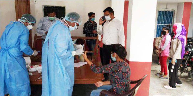 स्वास्थ्य टीम ने सभी बच्चों का किया रैपिड टेस्ट जौनपुर। मुंगराबादशाहपुर क्षेत्र के सार्वजनिक इण्टर कालेज में जिला प्रशासन द्वारा  बनाये गये क्वारेंटाइन सेण्टर में रविवार को तड़के से लेकर सुबह 10 बजे तक 3 बसों से कुल 77 बच्चे आये जिनमें 47 लड़के एवं 30 लड़कियां शामिल हैं। उनके पहुंचने से पहले ही उपजिलाधिकारी मछलीशहर अमिताभ यादव, नगर पालिकाध्यक्ष शिवगोविन्द साहू, थाना प्रभारी अरविन्द यादव अपने सहयोगियों के साथ क्वारेंटाइन सेण्टर में पहुंचकर बच्चों को बसों से उतारकर सेन्टर में रखे। यहां सभी को सुबह की चाय, नाश्ता व भोजन कराने के बाद मुख्य चिकित्साधिकारी डा. रामजी पाण्डेय के नेतृत्व में डा. आरपी सिंह, डा. कमलेश कुमार, डा. सुनील पाण्डेय, स्टाफ रत्नेश केसरवानी, आशीष राज सचान, बुल्ली राम, भोलानाथ गुप्ता की टीम ने कोटा से आये सभी 77 बच्चों की रैपिड किट के माध्यम से उपजिलाधिकारी अमिताभ यादव व मुख्य चिकित्सा अधिकारी डा. रामजी पाण्डेय की उपस्थिति में टेस्ट किया। सभी के टेस्ट रिपोर्ट निगेटिव आने पर जिलाधिकारी दिनेश सिंह को सूचना दी गयी जिस पर उन्होंने रोडवेज बसों के माध्यम से उनके घरों तक छोड़ने का निर्देश दिया। इस पर उपजिलाधिकारी श्री यादव ने जिला मुख्यालय से रोडवेज बस बुलवाकर सभी बच्चों को उनके घर भेजने की व्यवस्था किया। इस अवसर पर अपर आरक्षी अधीक्षक डा. संजय राय, तहसीलदार सन्तोष सोनकर, नायब तहसीलदार कृष्णराज सिंह यादव, नगर पालिकाध्यक्ष शिवगोविन्द साहू, नोडल अधिकारी/अधिशासी अधिकारी नगर पालिका परिषद मीनाक्षी चतुर्वेदी, राजस्व निरीक्षक रामानुज शुक्ल, जलकल अभियन्ता शिवानन्द वास्को, ज्ञान प्रकाश सहित तमाम सम्बन्धित लोग उपस्थित रहे। Deepak jaiswal 7007529997 आप लोगों भरपूर सहयोग और प्यार की वजह से तेजस टूडे डॉट कॉम आज Google News और Dailyhunt जैसे बड़े प्लेटर्फाम पर जगह बना लिया है। आज इसकी पाठक संख्या लगातार बढ़ रही है और इसके लगभग डेढ़ करोड़ विजिटर हो गये है। आपका प्यार ऐसे ही मिलता रहा तो यह पूर्वांचल के साथ साथ भारत में अपना एक अलग पहचान बना लेगा। #jaunpurcorona, #jaunpurnewstoday, #jaunpurcoronavirus, #jaunpurdm, #dmjaunpur, #jaunpurlatestnews, #jaunpurnewscorona, #jaunpurshahipul, #jaunpurnewstodayinhindi, #jaunpurnews, #jaunpurcrimenews, #jaunpurjunction, #jaunpur ki news, 