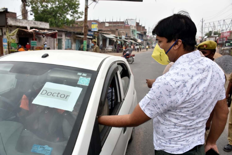 जौनपुर। मुख्य विकास अधिकारी अनुपम शुक्ला, अपर जिला अधिकारी (वित्त एवं राजस्व) राम प्रकाश, मुख्य राजस्व अधिकारी डा. सुनील  वर्मा, उपजिलाधिकारी सदर नितीश सिंह, क्षेत्राधिकारी नगर सुशील ने शुक्रवार को नगर में भ्रमण करके लॉक डाउन की स्थिति का जायजा लिया। इस दौरान अनावश्यक घूम रहे 58 लोगों को पकड़कर क्वारेंटाइन में भेजा गया। इस बाबत पूछे जाने पर अपर जिलाधिकारी राम प्रकाश ने बताया कि जिलाधिकारी दिनेश सिंह के निर्देश पर चलाये जा रहे अभियान के तहत लॉक डाउन का उल्लंघन करने वाले 58 लोगों को पकड़कर क्वारेन्टाइन में भेजा गया।