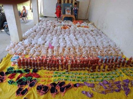 मछलीशहर, जौनपुर। आदर्श ग्राम समिति बामी के सदस्यों द्वारा गांव के 65 गरीब परिवारों को कोरोना वायरस के रूप में फैली महामारी से उत्पन्न संकट की स्थिति को ध्यान मे रखते हुये गेहूं, चावल, दाल, आलू, नमक, मसाला, तेल, मास्क, डेटॉल आदि बांटा गया। बता दें कि उक्त वितरण इसी गांव के संजीव सिंह जो इस समय 1 सिग्नल बटालियन सीआरपीएफ दिल्ली में तैनात हैं, द्वारा अपने वेतन से दिये 35 हजार रूपये से किया गया। उन्होंने आदर्श ग्राम समिति बामी को आर्थिक मदद दिया है जिससे यह वितरण किया गया। इस अवसर पर विजय प्रकाश उपाध्याय, अनिल उपाध्याय, राम भुवाल यादव, राकेश सिंह, शैलेन्द्र सिंह, रतन सिंह, शेर बहादुर सिंह, रमेश गौतम, महंत गौतम, फूलचन्द सरोज, ग्राम प्रधान अजय सरोज सहित तमाम लोग उपस्थित रहे। 31.13,cars,trains,cathedral,bicycles,planes,cathedrals,british pathe,newsreel,children,models,fashions,community-led total sanitation,friendship,water supply and sanitation in india,sanitation (organization sector),model village,india (country),ecosoftt,eco solutions for tomorrow today,saamarth social service organization