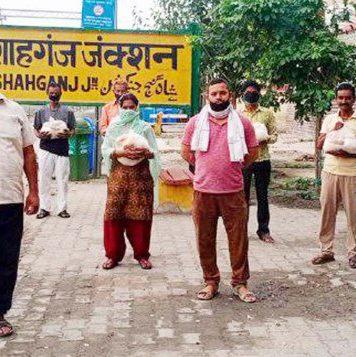 चंदन अग्रहरि जौनपुर। जेसीआई शाहगंज सिटी की ओर से लगातार असहायों की मदद की जा रही है। इसी क्रम में स्थानीय रेलवे स्टेशन के आस-पास रहने वाले जरूरतमंदों को राहत सामग्री दिया गया। इस दौरान सोशल डिस्टेंसिंग का खास ख्याल रखा गया। संस्थाध्यक्ष सौरभ सेठ ने बताया कि संस्था के निदेशक और कोरोना वारियर देवी प्रसाद चौरसिया ने सूचना दिया कि रेलवे स्टेशन पर रहने वाले कुछ जरूरतमंदों को अनाज की जरूरत है। इस पर संस्था ने उपरोक्त लोगों को राहत सामग्री दिया। इस अवसर पर जीआरपी उपनिरीक्षक अयोध्या कुमार, आरपीएफ उपनिरीक्षक अशोक मिश्र, मुख्य आरक्षी श्रीप्रकाश यादव, राकेश यादव, शिवशंकर, सुरेश चन्द्र द्विवेदी आदि उपस्थित रहे।