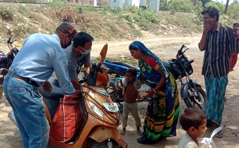 महादेव टीम, सेवा भारती, पत्रकार बंधु, आशा ट्रस्ट एवं श्रीपत्ती देवी विद्यालय जरूरतमन्दों की सेवा में तत्पर  जौनपुर। विपदा की इस घड़ी में तमाम स्वयंसेवी संस्थाओं के साथ महादेव टीम खरका कालोनी जिला व पुलिस प्रशासन के साथ कंधे से कंधा मिलाकर कोरोना पीड़ितों की मदद के लिये आगे आयी है। महादेव टीम भोजन बनवाकर जरूरतमन्दों में वितरित करवा रही है। इसी क्रम में मंगलवार को 11वें दिन भी नगर के महिला थाने पर 60 पैकेट, लाइन बाजार पर 425 पैकेट व जफराबाद पर 150 पैकेट प्रशासन के सहयोग भोजन बंटा। इसका लाभ नगर के लाइन बाजार, नईगंज, मुरादगंज, मतापुर, जोगियापुर सहित अन्य क्षेत्रों के लोग को मिला। इस सेवा कार्य में अध्यक्ष हेमन्त श्रीवास्तव, महासचिव मनोज शुक्ला, संरक्षक अमित सिंह बंटी, मीडिया प्रभारी रजनीश शुक्ला, हरिओम भारद्वाज, सुजीत सिंह, अभिषेक उपाध्याय, अजय प्रताप सिंह, सुधीर सिंह एडवोकेट, सिद्धार्थ टोनी, सर्वजीत, राज तिवारी, रामू मोदनवाल, बृजेश राय, सौरभ रघुवंशी, रोहित तिवारी, मुन्ना शिखर, तुषार, धरमवीर, अवनीश, अकिंत्य, पिन्कू यादव, रोहित रूद्र, विकास, आशू पाण्डेय, पवन पटेल, पूजा सिंह, अवनीश सिंह, दिलीप शर्मा सहित अन्य लोगों का बराबर सहयोग मिल रहा है।  राष्ट्रीय स्वयं सेवक संघ के अनुषागिंक संगठन सेवा भारती विभाग की तरफ से संचालित सेवा रसोई के माध्यम से मंगलवार को 14वें दिन निरन्तरता के साथ 400 पैकेट भोजन वितरित किया गया। आज का यह सहयोग आशीर्वाद हास्पिटल परिवार के धर्मराज कन्नौजिया की तरफ रहा। इस अवसर पर आशुतोष सिंह, नवीन सिंह, अभिमन्यु सिंह, बण्टी सिंह, प्रेम सिंह, विपिन सिंह, सुधांशू सिंह, नीतिश सिंह, सौरभ सिंह, अंशुमान सिंह, मनीष श्रीवास्तव, अशोक सिंह सहित तमाम लोग उपस्थित रहे।  नगर के ओलन्दगंज स्थित एक होटल परिसर में सेवा रसोई में मंगलवार को 15वें दिन समाजसेविका शीला सिन्हा के निर्देशन में गरीबों के लिये भोजन बनाया गया। इसके साथ ही नगर के सिटी रेलवे स्टेशन के पूर्वी छोर पर स्थित उमरपुर हरिबंधनपुर की गरीब बस्ती में पत्रकार परेश सिन्हा व विश्व प्रकाश श्रीवास्तव द्वारा 150 पैकेट भोजन वितरित किया गया। इस दौरान एक मरीज की दवा खत्म होने की जानकारी मिलने पर श्री सिन्हा ने अविलम्ब दवा मंगवाकर उपलब्ध कराया। इस कार्य में गायत्री परिवार के मयंक श्रीवास्तव, श्रीमती उषा श्रीवास्तव, शशि शेखर 
