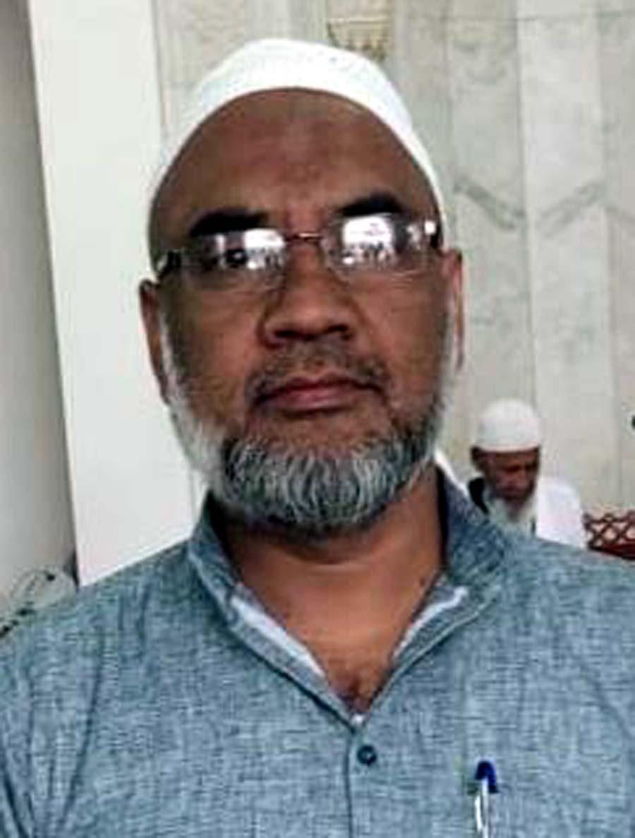 जौनपुर। मछलीशहर सीरत कमेटी के संरक्षक इमरान ने कहा कि इस समय की महामारी से देशवासियों को सुरक्षित रखने का  एक मात्र यही विकल्प है कि लॉक डाउन का शत-प्रतिशत पालन किया जाय। कोरोना के खिलाफ चल रही जंग में मुस्लिम समुदाय के लोगों को भारत सरकार के साथ कंधा से कंधा मिलाकर चलना चाहिये। धर्मगुरूओं को देश के मुसलमानों को लॉक डाउन का पूरी तरह से पालन करने की अपील करनी चाहिये। उन्होंने यह भी कहा कि माह-ए-रमजान की पाक महीने की शुरूआत होने जा रही है। हम लोग अपने परिवार की सुरक्षा के लिये तरावीह की नमाज के साथ इफ्तार और शहरी घरों में ही करें। घर पर ही कुरान पढ़ें एवं अल्लाह की इबादत करें कि कोरोना से जल्द से जल्द निजात मिले। कोरोना से हो रही जंग में शामिल लोगों का सहयोग करने की अपील करते हुये उन्होंने कहा कि स्वयंसेवी संस्थाओं द्वारा मास्क वितरण व सेनेटाइजर का छिड़काव मानवता की मिसाल है।
