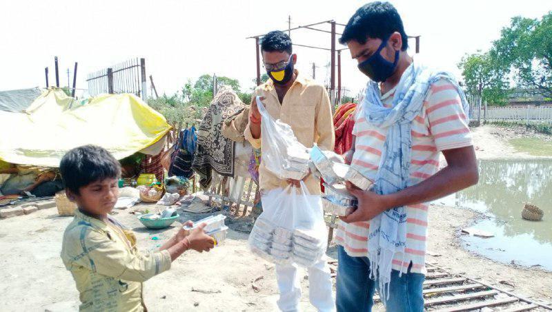 जौनपुर। जौनपुर संसदीय क्षेत्र के सांसद श्याम सिंह यादव के निर्देश पर कार्यकर्ताओं ने सोंधी ब्लाक व शाहगंज शहर  में सड़क के किनारे डेरा डालकर रह रहे लगभग सैकड़ों से जरूरतमन्दों को भोजन का पैकेट दिया। इस सेवा कार्य में सांसद के भतीजे सौरभ यादव, अखिलेश यादव, माया शंकर, जितेन्द्र यादव पूर्व ब्लाक समन्यवक शाहगंज (सोंधी) सहयोग दे रहे हैं।