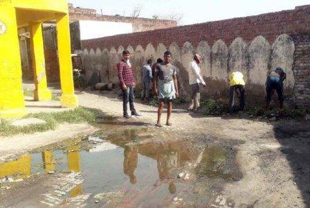 जौनपुर। महराजगंज क्षेत्र के ग्रामसभा केवटली के प्राथमिक विद्यालय वाली गली में बनी नालियां जाम होने से सड़क पर गंदा पानी बह रहा था। सड़क पर फैले दूषित पानी व कूड़े करकट से बाजारवासियों का जीना मुहाल हो गया था। वहीं कोरोना वायरस के चलते गंदगी व नाली के जाम पर संक्रमण का खतरा बढ़ गया था। इसको लेकर ग्राम प्रधान सावित्री देवी एवं प्रधानपति नन्द लाल मोदनवाल द्वारा सोमवार को नाली को साफ कराकर सफाईकर्मियों द्वारा कूड़ा-करकट हटाया गया। साथ ही दवा का छिड़काव करवाते हुये सेनेटाइज भी कराया गया।