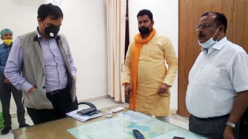 जौनपुर। महराजगंज ब्लाक प्रमुख माण्डवी सिंह के प्रतिनिधि एवं भाजपा नेता विनय सिंह ने जिलाधिकारी दिनेश सिंह के समक्ष 20 ट्रैक्टर भूसा गौशालाओं हेतु दान देने का संकल्प लिया। साथ ही उन्होंने कहा कि 20 अप्रैल को जिलाधिकारी की उपस्थिति में 20 ट्रैक्टर भूसा दान दिया जायेगा। भाजपा नेता श्री सिंह ने बताया कि इसके अतिरिक्त उनके द्वारा प्रतिदिन 400 भोजन के पैकेट गरीब, असहाय एवं निराश्रितों में वितरित किये जा रहे हैं।