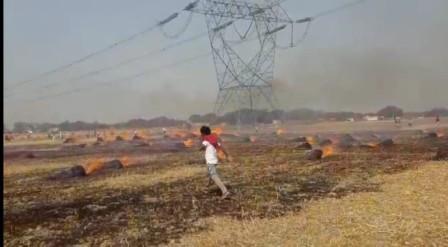 जलालपुर, जौनपुर। स्थानीय क्षेत्र के चवरी गाँव में शनिवार की शाम लगभग 4 बजे खेत में गेहूँ काटकर बाँधे गये बोझ में अज्ञात कारणों से आग लग गई। इसमें नन्द लाल पुत्र दुर्जन राम निवासी चवरी का दो बीघे गेहूं का बाँधा गया 210 बोझ जलकर खाक हो गया। आग को बुझाने के लिए ग्रामीणों ने पूरा प्रयास किया लेकिन तब तक पूरा गेहूँ जल गया। पीड़ित ने बताया कि अगल-बगल का गेहूं काटकर थ्रेसिंग कर लिया गया था, अन्यथा सब समाप्त हो जाता। सूचना मिलते ही मौके पर राजस्व की टीम पहुँचकर जाँच पड़ताल में जुट गई।