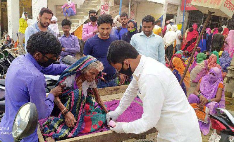 बरईपार सहायता  समूह की पहल पर लाचार महिला को मिले रूपये विपिन मौर्य एडवोकेट मछलीशहर, जौनपुर (टीटीएन) 17 अप्रैल। कोरोना संक्रमण की रोकथाम के लिये देशबन्दी होने के बाद हर जगह सन्नाटा पसर गया। इसका असर सन्नाटे सड़कों के साथ उन परिवारों के भी जीवन में दस्तक दे चुका है जो गरीब, असहाय, कामगार, मजदूर आदि हैं। जहां गरीब परिवार केन्द्र सरकार द्वारा प्राप्त जनधन खातों में सहायता राशि से परिवार के भरण-पोषण में रास्ता तलाश रह हैं, वहीं कुछ अत्यन्त गरीब परिवार अपने बुजुर्गों की वृद्धा पेंशन से चन्द दिनों के परिवार का गुजर बसर कर रहे हैं। ऐसे में यदि कोई बीमार बुजुर्ग जो अपने पौरूष के बल पर न चल सकती है और न ही उठ-बैठ सकती है तो उसके कलेजे पर क्या बीतेगी? स्थिति तब और भयावह हो जाती है जब वह तपती दुपहरी में चादर ओढ़कर ठेले पर एक वृद्धा बैंक के बाहर लेटी हो और अन्त में यह कहकर उसके परिवारीजन को घर भेज दिया जाय कि बैंक बन्द हो गया है। जाओ कल आना तो उसे कितनी असहाय पीड़ा होगी? ऐसा ही एक मामला सिकरारा क्षेत्र के बरईपार बाजार में स्थित यूनियन बैंक में शुक्रवार को देखने को मिला। बताया गया कि लगभग 80 वर्षीया रसकल्ली पत्नी दुखीराम निवासी सकरदेल्हा ठेले पर लदी बीमार अवस्था में चादर ओढ़े जैसे-तैसे अपने पेंशन निकासी के लिये वह बीते गुरूवार को यूनियन बैंक की उक्त शाखा पर पहुंची। समय से पहुंचने के बावजूद तपती दुपहरी में परिवार के सभी लोग अपनी बारी का इंतजार करने लगे कि कब नम्बर आये और पैसे निकले। करीब दो घण्टे इंतजार करने के बाद उन्हें बैंक परिसर के अंदर जाने का मौका मिला। बावजूद इसके मैनेजर द्वारा मानवीय व्यवहार की जगह अभद्र व्यवहार किया गया। उन्हें यह कहकर भगा दिया गया कि बैंक बन्द हो गया है। यहां से भागो। मरता क्या न करता। गरीब परिवार आंखों में आंसू लिये भगवान के सहारे सब कुछ छोड़कर परिसर के बाहर आ गया। इस सुधि के साथ कि कल पुनः प्रयास करेंगे। अगले दिन यानी आज शुक्रवार को बैंक खुलते ही परिवारीजन वापस दस्तक दिये लेकिन सैकड़ों की तादाद में लोग निकासी के लिये पहले से मौजूद थे। हालात पूर्ववत थे। आस-पास छांव न होने के कारण इंतजार में फिर से बुजुर्ग महिला धूप में चादर ओढ़े लेटी रही। इस घटना के बारे में जैसे ही स्थानीय सामाजिक कार्यकर्ताओं जो बरईपार सहायता समूह नाम से गरीब-असहाय लोगों को खाद्य साम