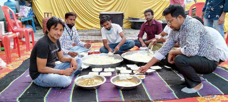 जौनपुर। मां अम्बा क्लब के संरक्षण में महादेव टीम खरका कालोनी द्वारा शुक्रवार को 700 से अधिक लोगों को लंच पैकेट का वितरण किया गया। इस आशय की जानकारी मीडिया प्रभारी रजनीश शुक्ला ने प्रेस विज्ञप्ति के माध्यम से दी है। वहीं अध्यक्ष हेमंत श्रीवास्तव, महासचिव मनोज शुक्ला व संरक्षक अमित सिंह ने बताया कि इस नेक कार्य में हरिओम भारद्वाज, अभिषेक उपाध्याय, आनन्द सिंह, रजनीश सिंह, अजय प्रताप सिंह, सुधीर सिंह, रवि शुक्ला, अरूण सिंह, बृजेश राय, प्रदीप मिश्रा, धरमवीर, अवनीश, अकिंत्य, पिन्कू यादव, रोहित रूद्र, विकास, आशू पाण्डेय, अवनीश सिंह, दिलीप शर्मा सहित अन्य लोगों का सहयोग सराहनीय है। फ्रेंड्स ग्रुप ट्रस्ट द्वारा शुक्रवार को लगातार 14वें दिन भूखों को भोजन कराया गया। इस आशय की जानकारी देते हुये ट्रस्ट के अगुवा सलमान शेख ने बताया कि 200 लोगों को भोजन कराने के साथ ही इस महामारी से लड़ रहे योद्धाओं को चाय पिलाया गया। उन्होंने बताया कि इसके अलावा जरूरतमन्दों को बिस्किट-पानी भी पहुंचाया गया। इस नेक कार्य में उनके साथ तमाम लोग लगे हुये हैं। संकट की इस घड़ी में विश्व हिन्दू परिषद जनपद में लगातार जनसेवा का कार्य कर रही है। रोज की भांति शुक्रवार को भी विहिप कार्यकर्ताओं ने जिलाध्यक्ष डा. राकेश चन्द्र दूबे के नेतृत्व में भोजन के 4 सौ पैकेट जिला प्रशासन की देख-रेख में शहर के विभिन्न क्षेत्रों के जरूरतमन्दों में वितरित किया। इसी क्रम में खेतासराय में जिला व पुलिस प्रशासन के माध्यम से प्रतिदिन 4 सौ लोगों तक भोजन वितरित किया जा रहा है। उक्त सेवा कार्य में अलग-अलग स्थानों पर जिला सह मंत्री शम्भू शर्मा, मोंटी तिवारी, मीडिया प्रभारी डा. आशीष मिश्र, नगर अध्यक्ष सुख्खू सिंह, सुनील शर्मा, अजय चौबे, उमेश शर्मा, संजीव गुप्ता, ओम प्रकाश तिवारी, गुड्डू सिंह, अवधेश, हरिराम बिन्द, सूरज तिवारी आदि लगे हुये हैं। वरिष्ठ कांग्रेस नेता राजबली उपाध्याय जो स्वतंत्रता संग्राम सेनानी व पूर्व विधायक स्व0 सूर्यनाथ उपनाध्याय के पुत्र हैं, द्वारा संकट की इस घड़ी में जरूरतमंदों की सहायता की जा रही है। इसी क्रम में श्री उपाध्याय ने शुक्रवार को तमाम जरूरतमदों को खाद्यान्न वितरित किया। इस अवसर पर संजय उपाध्याय, अनिल उपाध्याय, शिवम, वेदान्त, दीपू मिश्र, राजेश यादव, गुड्डू खरवार, मुन्नी आदि उपस्थित रहेे। बता दें कि श्री उ