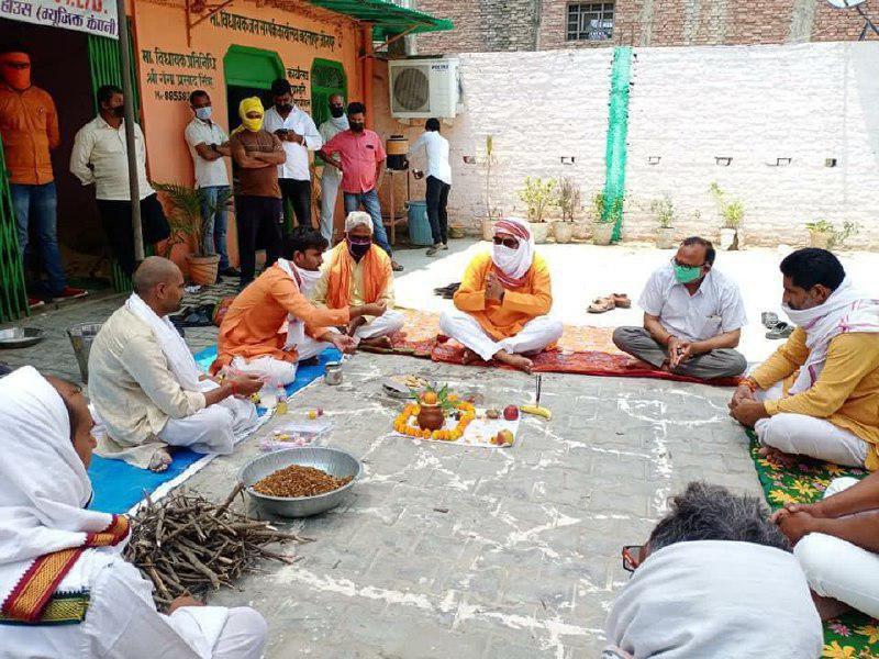 जौनपुर। बदलापुर के भाजपा विधायक रमेश चन्द्र मिश्रा ने रविवार को अक्षय तृतीया पर राष्ट्रीय स्वयंसेवक संघ के आह्वान पर कोरोना महामारी पर देश को विजय दिलाने के संकल्प लेकर हवन पूजन किया। जनसम्पर्क कार्यालय पर आयोजित हवन कार्यक्रम में सुनील तिवारी, विधायक प्रतिनिधि गंगा प्रसाद सिंह, विस क्षेत्र के चारों मण्डलाध्यक्ष विनोद शर्मा, लवकुश सिंह, विनोद मौर्या, बलबीर गौड़ आदि उपस्थित रहे। सभी ने हवन में आहूति देते हुये इस महामारी को खत्म करने हेतु ईश्वर से प्रार्थना किया।