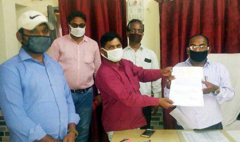 मछलीशहर, जौनपुर (टीटीएन) 11 अप्रैल। स्थानीय क्षेत्र के ग्राम पंचायत अधिकारी और सफाईकर्मियों ने आपस में चंदा लगाकर 1 लाख 24 हजार रुपये एकत्रित किया जिसका ड्राफ्ट बनवाकर जिला पंचायत राज अधिकारी को सौंप दिया। स्थानीय ब्लाक के एडीओ पंचायत राम निहोर के नेतृत्व में पंचायत विभाग व सफाईकर्मियों ने कोरोना की महामारी से निपटने के लिये सरकार की मदद करने का फैसला लिया। उक्त लोगों ने चन्दा लगाकर 1 लाख 24 हजार रूपये एकत्रित किये जिसके बाद उक्त धनराशि को मुख्यमंत्री राहत कोष में जमा करने के लिये ड्राफ्ट बनवाये। एडीओ पंचायत राम निहोर के माध्यम से ड्राफ्ट जिला पंचायत राज अधिकारी को सौंप दिया गया।