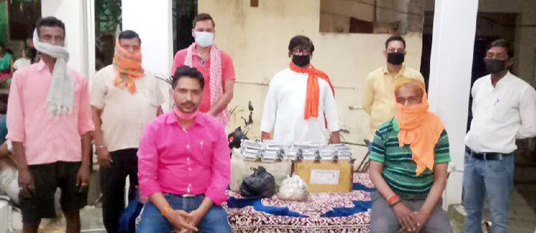 जौनपुर। मां अम्बा क्लब के संरक्षण में महादेव टीम खरका कालोनी द्वारा शुक्रवार को 700 से अधिक लोगों को लंच पैकेट का वितरण किया गया। इस आशय की जानकारी मीडिया प्रभारी रजनीश शुक्ला ने प्रेस विज्ञप्ति के माध्यम से दी है। वहीं अध्यक्ष हेमंत श्रीवास्तव, महासचिव मनोज शुक्ला व संरक्षक अमित सिंह ने बताया कि इस नेक कार्य में हरिओम भारद्वाज, अभिषेक उपाध्याय, आनन्द सिंह, रजनीश सिंह, अजय प्रताप सिंह, सुधीर सिंह, रवि शुक्ला, अरूण सिंह, बृजेश राय, प्रदीप मिश्रा, धरमवीर, अवनीश, अकिंत्य, पिन्कू यादव, रोहित रूद्र, विकास, आशू पाण्डेय, अवनीश सिंह, दिलीप शर्मा सहित अन्य लोगों का सहयोग सराहनीय है।  फ्रेंड्स ग्रुप ट्रस्ट द्वारा शुक्रवार को लगातार 14वें दिन भूखों को भोजन कराया गया। इस आशय की जानकारी देते हुये ट्रस्ट के अगुवा सलमान शेख ने बताया कि 200 लोगों को भोजन कराने के साथ ही इस महामारी से लड़ रहे योद्धाओं को चाय पिलाया गया। उन्होंने बताया कि इसके अलावा जरूरतमन्दों को बिस्किट-पानी भी पहुंचाया गया। इस नेक कार्य में उनके साथ तमाम लोग लगे हुये हैं।     संकट की इस घड़ी में विश्व हिन्दू परिषद जनपद में लगातार जनसेवा का कार्य कर रही है। रोज की भांति शुक्रवार को भी विहिप कार्यकर्ताओं ने जिलाध्यक्ष डा. राकेश चन्द्र दूबे के नेतृत्व में भोजन के 4 सौ पैकेट जिला प्रशासन की देख-रेख में शहर के विभिन्न क्षेत्रों के जरूरतमन्दों में वितरित किया। इसी क्रम में खेतासराय में जिला व पुलिस प्रशासन के माध्यम से प्रतिदिन 4 सौ लोगों तक भोजन वितरित किया जा रहा है। उक्त सेवा कार्य में अलग-अलग स्थानों पर जिला सह मंत्री शम्भू शर्मा, मोंटी तिवारी, मीडिया प्रभारी डा. आशीष मिश्र, नगर अध्यक्ष सुख्खू सिंह, सुनील शर्मा, अजय चौबे, उमेश शर्मा, संजीव गुप्ता, ओम प्रकाश तिवारी, गुड्डू सिंह, अवधेश, हरिराम बिन्द, सूरज तिवारी आदि लगे हुये हैं। वरिष्ठ कांग्रेस नेता राजबली उपाध्याय जो स्वतंत्रता संग्राम सेनानी व पूर्व विधायक स्व0 सूर्यनाथ उपनाध्याय के पुत्र हैं, द्वारा संकट की इस घड़ी में जरूरतमंदों की सहायता की जा रही है। इसी क्रम में श्री उपाध्याय ने शुक्रवार को तमाम जरूरतमदों को खाद्यान्न वितरित किया। इस अवसर पर संजय उपाध्याय, अनिल उपाध्याय, शिवम, वेदान्त, दीपू मिश्र, राजेश यादव, गुड्डू खरवार, मुन्नी आदि उपस्थित रहेे। बता दें कि श
