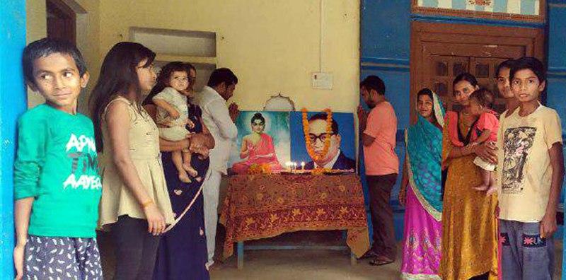 जौनपुर। जलालपुर क्षेत्र के हरीपुर गांव में बसपा नेता शरतेन्दु विकास पाल ने अपने आवास पर बाबा साहब डा. भीम राव अम्बेडकर जी का 129वां जन्मदिवस परिवार के बीच धूमधाम से मनाया। श्री पाल ने बताया कि वैश्विक महामारी के चलते बसपा की राष्ट्रीय अध्यक्ष एवं पूर्व मुख्यमंत्री मायावती ने आह्वान किया था कि बसपाजन अपने घर पर बाबा साहब का जन्मदिवस मनायें। उसी के अनुपालन में शरतेन्दु विकास पाल ने मंगलवार को अपने परिवार के बीच सोशल डिस्टेंस का पालन करते हुये जन्मदिवस मनाया। साथ ही कहा कि बाबा साहब का जीवन संघर्ष हम सबको प्रेरणा प्रदान करता है। इस अवसर पर प्रेमशीला देवी, पवन प्रताप पाल, विशाल पाल, अंकित पाल, नीलम पाल, लवली, वंशिका, जैनी, बिट्टू, गौरव पाल, आनन्द पाल, दृष्टि, साधना, आंशी, लक्की पाल सहित तमाम लोग सोशल डिस्टेंस का पालन करते हुये मौजूद रहे।