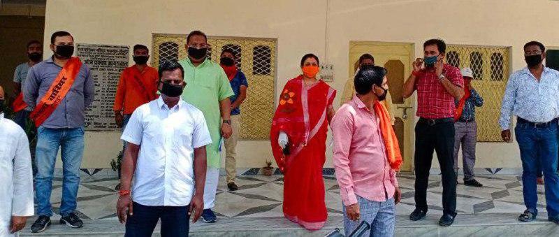 चंदन अग्रहरि शाहगंज, जौनपुर (टीटीएन) 13 अप्रैल। कोरोना वायरस से बचने के लिये वार्डों में वारियर्स तैनात किये जा रहे हैं। नगर पालिका द्वारा नियुक्त 5 लोग मोहल्ले वालों को बचाव का सुझाव देंगे। पालिकाध्यक्ष गीता जायसवाल व अधिशासी अधिकारी दिनेश कुमार ने सभी कोरोना वारियर्स को केसरिया पट्टी पहनाकर वार्डों के लिये रवाना किया। इस मौके पर अधिशासी अधिकारी श्री कुमार ने बताया कि ये वारियर्स मोहल्ले में जाकर सोशल डिस्टेंसिग का पालन करते हुये लोगों को जागरूक कर संक्रमण से बचाव के तरीके बतायेंगे। वहीं चेयरमैन श्रीमती जायसवाल ने बताया कि स्वच्छ भारत मिशन के तहत नगर पालिका के सभी 25 वार्डों में कुल 125 कोरोना वारियर नियुक्त किये गये हैं। वारियर्स घर-घर जाकर लोगों को लॉक डाउन का पालन करने के लिये उन्हें जागरूक करेंगे कि बिना किसी काम के घर से बाहर न निकलें। जरूरत पड़ने पर जब भी घर से बाहर निकने तो मुंह को मास्क या गमछा से ढंके रहें। कोरोना संक्रमण से बचने के लिये सामाजिक दूरी बनाये रखें। दुकानों व बाजारों पर लगने वाली भीड़ को सोशल डिस्टेंसिंग बनाये रखने का संदेश दे रहे हैं।