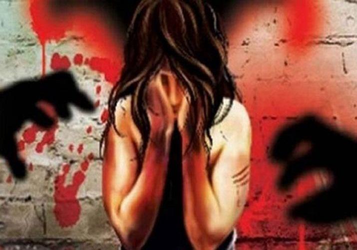 """बरेली।  एक चौंकाने वाली घटना में, एक पिता ने अपनी 8 साल की बेटी के साथ दुष्कर्म किया और उसकी हत्या कर दी क्योंकि उसे अपनी पत्नी पर संदेह था कि उसने उसे धोखा दिया था और बेटी उसके अवैध संबंध से पैदा हुई थी। पुलिस ने पहले पड़ोसी के खिलाफ एफआईआर दर्ज की थी क्योंकि लड़की का शव 29 मार्च को उसके शौचालय में मिला था। पुलिस के अनुसार, घटना के दिन शाम के समय लड़की लापता हो गई थी। बाद में रात में उसका शव एक शौचालय से बरामद किया गया था और लड़की के पिता ने एक स्थानीय युवक के खिलाफ शिकायत दर्ज कराई थी। फतेहगंज पश्चिम के एसएचओ चंद्र किरण ने कहा कि हालांकि आरोपी को हिरासत में लेकर जेल भेज दिया था, लेकिन उन्हें यकीन नहीं हो पा रहा था कि उसने हत्या की है क्योंकि जब उसे पकड़ा गया तब वह अपने घर के अंदर सो रहा था। लिहाजा युवक के पकड़े जाने के बाद भी जांच जारी रही और पुलिस को पता चला कि लड़की का पिता अक्सर अपनी पत्नी के साथ झगड़ा करता था और उसका बेटी के साथ भी व्यवहार ठीक नहीं था। पिता ने जांच के दौरान अपना बयान भी बदल दिया। लड़की की मां ने भी अपने पति पर शक जाहिर किया। यह भी सामने आया कि पिता ने जिस व्यक्ति पर आरोप लगाया, उसने उससे ब्याज पर पैसे भी उधार ले रखे थे। अंत में, घटनास्थल से एकत्र किए गए फॉरेंसिक सबूत और लड़की के शरीर ने भी अपराध में पिता की भागीदारी का संकेत दिया। बुधवार को आरोपी पिता को मजिस्ट्रेट के सामने पेश करने के बाद गिरफ्तार कर जेल भेज दिया गया। एडिशनल एसपी (ग्रामीण) संसार सिंह ने कहा, """"जब हमने जांच शुरू की, तो लड़की की मां ने संकेत दिया था कि हो सकता है कि उसके पति ने हत्या की हो। एक दिन बाद जब हमने उससे दूसरी बार पूछताछ की, तो उसने अपना बयान बदल दिया और फिर फरार हो गया। वह मंगलवार को पकड़ा गया। फिर उसने अपनी बेटी के साथ दुष्कर्म करने और उसकी हत्या करने की बात कबूल कर ली, क्योंकि उसे संदेह था कि बेटी उसकी पत्नी के किसी अन्य व्यक्ति के साथ अवैध संबंधों का परिणाम है। एएसपी ने यह भी कहा कि जो युवक पहले गिरफ्तार किया गया था उसे अब बरी कर दिया जाएगा। बच्ची के पिता को बुधवार को अदालत में पेश किया गया जहां से उसे जेल भेज दिया गया।"""
