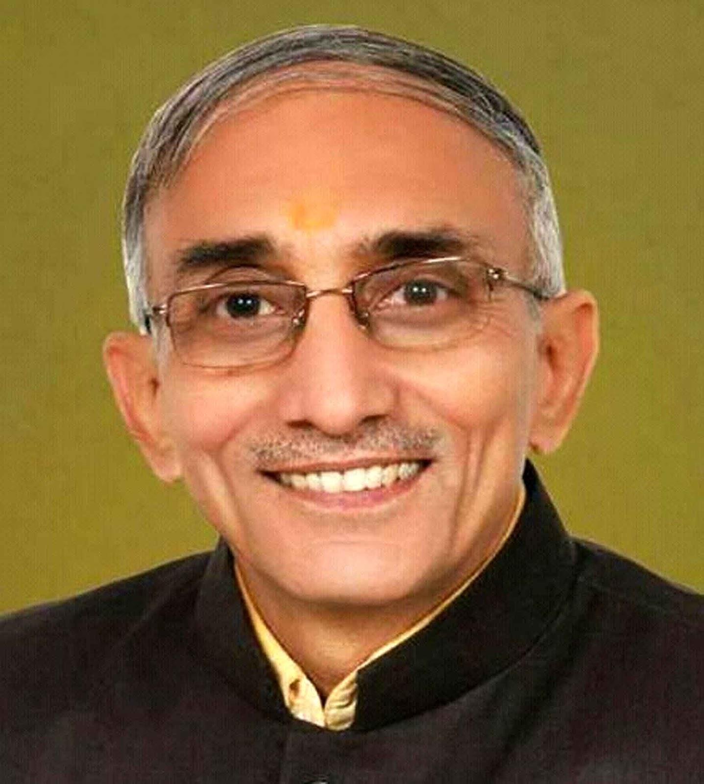 लखनऊ। राज्यपाल व कुलाधिपति आंनदी बेन पटेल ने प्रदेश के चार विश्वविद्यालयों के कुलपतियों का कार्यकाल बढ़ा दिया है। राजभवन  की ओर से दी गयी जानकारी के मुताबिक राज्यपाल ने महात्मा ज्योतिबा फुले रूहेलखण्ड विश्वविद्यालय (बरेली), मदन मोहन मालवीय प्रौद्योगिकी विश्वविद्यालय (गोरखपुर), दीनदयाल उपाध्याय गोरखपुर विश्वविद्यालय (गोरखपुर) तथा वीर बहादुर सिंह पूर्वांचल विश्वविद्यालय (जौनपुर) के कुलपतियों का कार्यकाल तीन माह की अवधि अथवा नियमित कुलपति की नियुक्ति के अग्रिम आदेशों तक विस्तारित कर दिया है। गौरतलब है कि अनिल कुमार शुक्ला कुलपति महात्मा ज्योतिबा फुले रूहेलखण्ड विश्वविद्यालय बरेली का कार्यकाल 25 अप्रैल को, प्रो. श्रीनिवास सिंह कुलपति मदन मोहन मालवीय प्रौद्योगिकी विश्वविद्यालय गोरखपुर का कार्यकाल 27 अप्रैल को, प्रो. विजय कृष्ण सिह कुलपति दीनदयाल उपाध्याय गोरखपुर विश्वविद्यालय गोरखपुर का कार्यकाल 28 अप्रैल को तथा प्रो. राजा राम यादव कुलपति वीर बहादुर सिंह पूर्वांचल विश्वविद्यालय जौनपुर का कार्यकाल 01 मई, को समाप्त हो रहा था। जिसके बाद इनका कार्यकाल बढ़ाये जाने का निर्णय लिया गया। हालांकि कुलपतियों का कार्यकाल बढ़ाये जाने के लिए सोमवार को राजभवन की ओर से पत्र जारी किया जाना था लेकिन कोई अधिकारिक सूचना न मिलने के कारण आदेश की पुष्टि मंगलवार को की गयी है।