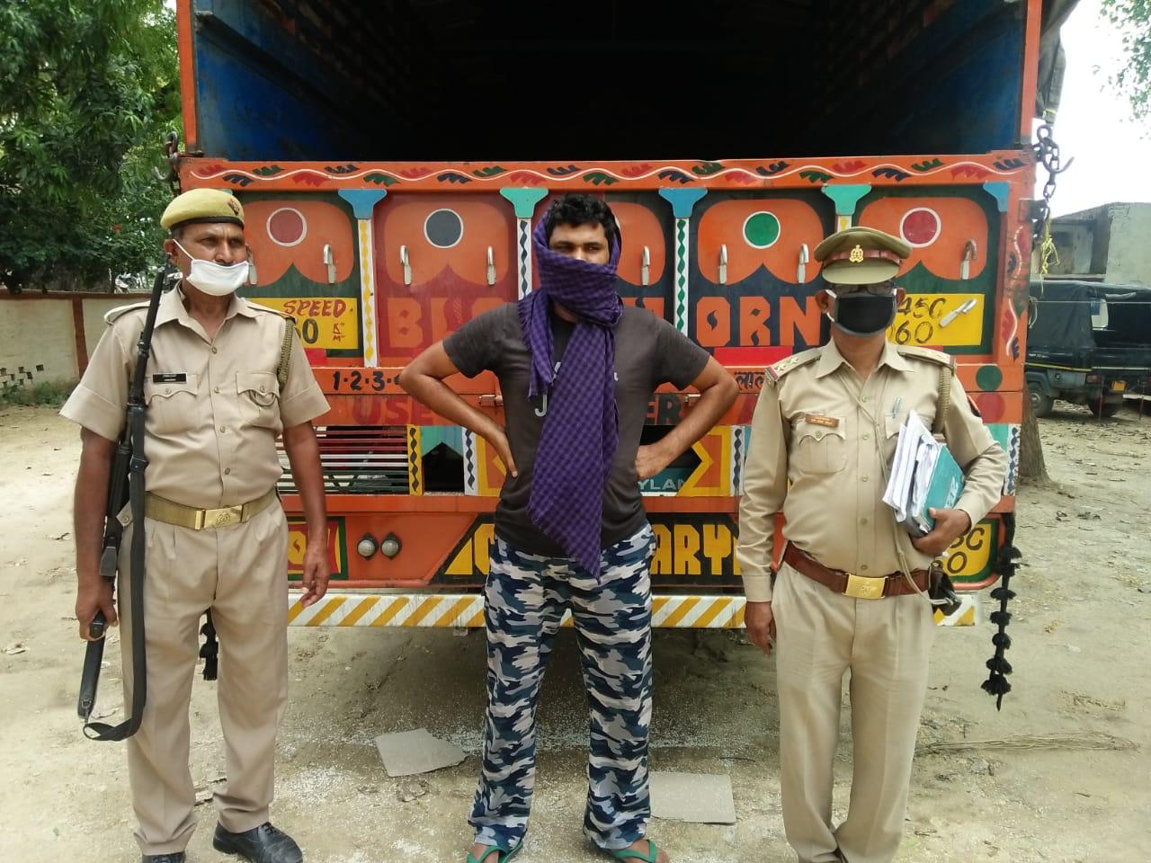 जौनपुर। जिले के बख्शा पुलिस ने जौनपुर से हरियाणा जा रहे ट्रक पर एफसीआई का चावल ट्रक चालक सहित गिरफ्तार कर लिया। सोमवार को पहुँचे मार्केंटिंग एवं सप्लाई इंस्पेक्टर ने ट्रक पर लदे 240 बोरी चावल को कब्जे में लेते हुए तहरीर दी। सरकारी खाद्यान्न पकड़े जाने की सूचना पर थाने पहुँचे क्षेत्राधिकारी सदर नृपेंद्र ने बताया कि थानाध्यक्ष शशिचन्द चौधरी को सूचना मिली की एक ट्रक पर सरकारी चावल जा रहा है। सक्रिय पुलिस बक्शा के ही करीब से उक्त ट्रक को चालक सहित कब्जे में लेते हुए थाने ले आई। पूछताछ में ट्रक चालक अनिल ने बताया कि मैं हरियाणा से बिहार अंडा लेकर गया था। वापस जौनपुर पहुँचा तो एक ट्रांसपोर्ट मालिक के कहने पर 240 बोरी चावल लेकर हरियाणा जा रहा था। चालक उक्त चावल के बारे में अन्य जानकारी से अनभिज्ञता बना रहा। सूचना पर मार्केंटिंग इंस्पेक्टर हिमांशू एवं सप्लाई इंस्पेक्टर रत्नेश श्रीवास्तव ने पहुँच पल्लेदार बुलाकर बोरी की गिनती करा चावल को कब्जे में ले लिया। सप्लाई इंस्पेक्टर की तहरीर पर पुलिस ने चालक सहित अज्ञात के खिलाफ धारा 3/7 के तहत मुकदमा दर्ज कर लिया है।