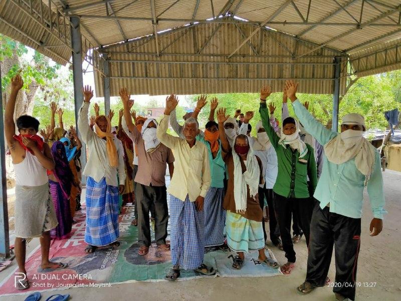 रोहनिया, वाराणासी। उत्तर प्रदेश सरकार द्वारा कोरोना महामारी से बचाव के लिए लॉकडाउन लगाया गया और सरकार द्वारा सभी जिलों के जिलाधिकारी को कड़े शब्दों में निर्देश दिया गया है कि कोई व्यक्ति राशन और भोजन से वंचित न रहे। तो वहीं प्रधानमंत्री के संसदीय क्षेत्र बनारस के रोहनिया आराजी लाइन अंतर्गत ग्राम देउरा के क्षेत्र पंचायत सदस्य अशोक वर्मा और ग्रामीणों का आरोप है, कि कोटेदार गीता देवी द्वारा ग्रामीणों का जबरदस्त शोषण हो रहा है और राशन में घटतौली की शिकायत है और यूनिट के अनुसार राशन भी नही मिल रहा। आपको बताते चले हाल ही में सरकार द्वारा सभी सरकारी सस्ते गल्ले की दुकानों पर ग्रामीणों में बिस्कुट वितरण के लिए आया था। लेकिन कोटेदार द्वारा गांव के किसी व्यक्ति में बिस्कुट का वितरण नहीं किया गया। जिसे नाराज ग्रामीणों ने सरकारी कॉपरेटिव पर एकजुट होकर कोटेदार मुर्दाबाद का नारा लगाकर मांग कि है ऐसे भ्रष्ट कोटेदार का दुकान सरकार तत्काल निरस्त किया जाना चाहिए। इस क्रम में सप्लाई स्पेक्टर अनूप कुमार ने बताया कि राशन सभी को मिल रहा है और ग्रामीणों की यूनिट, घटतौलि, मूल्य से अधिक पैसा लेकर राशन देने जैसी संबंधित समस्याओं का मेरे द्वारा जांच किया जाएगा। गलत पाए जाने पर कोटेदार के ऊपर वैधानिक कार्रवाई की जाएगी।