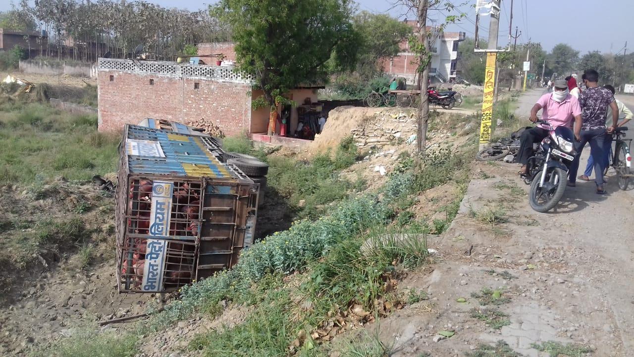धर्मापुर, जौनपुर। लाइनबाजार थाना क्षेत्र जौनपुर आजमगढ़ मार्ग के पचहटिया के पास रविवार को तड़के खाली रसोई गैस सिलेंडर  लादकर आ रहा ट्रक सामने से आ रही बाइक सवार फीसला बाइक को बचाने हेतु ट्रक अनियंत्रित हो गया। जिससे ट्रक हाईवे किनारे खाई में जाकर पलटा। बाइक फिसलने से बाइक सवार मुन्ना मौर्या बाइक से दूर जा गिरा। जिससे उसको कुछ चोटें आयी। ट्रक चालक ट्रक से कूदकर फरार हो गया और वह बच गया। ट्रक पर लदा सिलेंडर खाली था, अन्यथा बड़ा हादसा हो सकता था। चौकियां चौकी इंचार्ज कौशलेंद्र सिंह ने बताया की ट्रक चालक पकड़ गया और पूछताछ हुई उसने बताया की सुबह हल्की बारिश से बाइक सवार फिसल गया और उसे बचाने में ट्रक खाई में पलट गया।