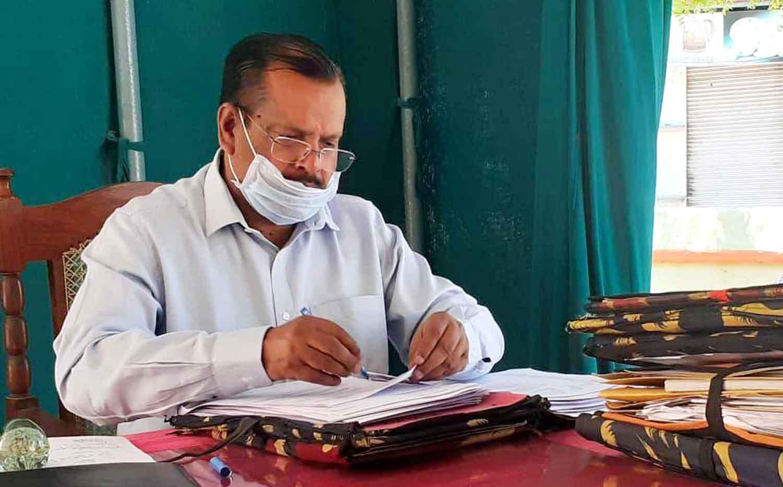 जौनपुर। जिलाधिकारी दिनेश सिंह ने बताया कि आश्रय स्थलों/रैन बसेरो में रूके व्यक्तियों का प्रतिदिन रिपोर्ट तैयार किया जा रहा है जिसके क्रम में 8 अप्रैल तक बदलापुर के सल्तनत बहादुर इण्टर कालेज में 191 लोग हैं। इसी प्रकार सल्तनत बहादुर डिग्री कालेज में 141, शाहगंज क्षेत्र के सर सैयद इण्टर कालेज में 94, मछलीशहर के बिहारी इण्टर कालेज में 53, सर्वजन इण्टर कालेज में 38, केराकत के शिवमूर्ति इण्टर कालेज में 5, मड़ियाहूं के स्वामी विवेकानन्द इण्टर कालेज में 25 तथा सदर तहसील के मोहम्मद हसन इण्टर कालेज में 126, प्रसाद कालेज में 67, मोहम्मद हसन आईटीआई कालेज में 78, मां दुर्गा स्कूल में 96, ग्रामोदय इण्टर कालेज गौराबादशाहपुर में 28 हैं। कुल मिलाकर 942 व्यक्तियों को आश्रय स्थलों एवं रैन बसेरों में ठहराया गया है।