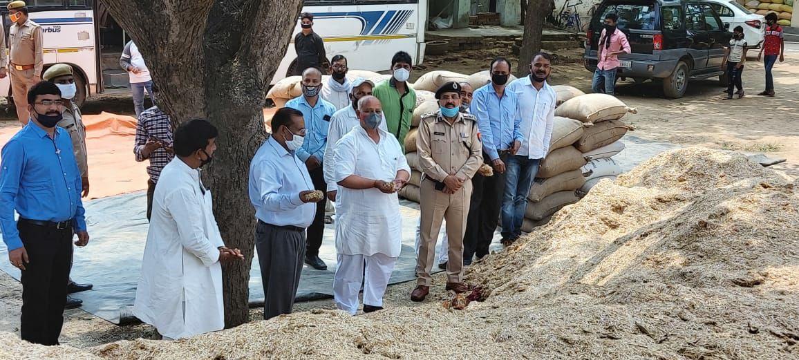 सौरभ सिंह सिकरारा, जौनपुर। जिलाधिकारी दिनेश कुमार सिंह व पुलिस अधीक्षक अशोक कुमार बुधवार को बोधापुर गांव में प्रगतिशील किसान व भाजपा किसान मोर्चा के जिलाध्यक्ष प्रमोद यादव के यहां पहुंचे। वैश्विक महामारी में प्रमोद ने जरूरतमन्त लोगो को 51 क्विंटल अनाज व गोबंशो के लिए 50 क्विंटल भूसा दान किया। इसके साथ ही उन्होंने डीएम को आश्वस्त किया कि जरूरत पड़ने पर गोबशों के लिए और भी चारे का प्रबंध किया जाएगा। जिलाधिकारी ने बताया कि लाकडाउन में मनुष्य हो या पशु जिले में कोई भी भूखा नही रहेगा। बताया कि हर गांव में भूसा बैंक बनाया जा रहा है। संकट की घड़ी में जो लोग भी सहयोग कर रहे है जनपद उन लोगो का आजीवन ऋणी रहेगा। बताया कि लोगो से प्राप्त भूसा वाहनों से गोशालाओं में भेजा जा रहा है। वहा यदि रखने में दिक्कत होगी तो गांव के प्रधान की जिम्मेदारी होगी कि वे प्राप्त चारों को भूसा बैंक में सुरक्षित रखे। पुलिस अधीक्षक ने बताया कि लाकडाउन का कड़ाई से पालन कराने के लिए सभी थानाध्यक्षों को निर्देशित कर दिया गया है। डीएम ने मौके पर मौजूद खण्ड विकास अधिकारी छोटेलाल तिवारी व एडीओ आईएसबी अरुण पांडेय को निर्देशित किया कि प्राप्त अनाज को जिला मुख्यालय पर वे भूसा को चांदपुर गांव में बने गोशाला में पहुंचा दे। मौके पर प्राथमिक शिक्षक संघ के जिलाध्यक्ष अमित सिंह, थाना प्रभारी निरीक्षक विनय प्रकाश सिंह, घनश्याम यादव, श्रवण यादव, महेन्द्र यादव आदि मौजूद थे। ताहिरपुर गांव के ग्राम प्रधान जयंत कुमार सिंह के यहां मंगलवार की शाम पहुंचकर जिलाधिकारी ने गोबंशों के लिए बीस क्विंटल भूसा प्राप्त किया था।