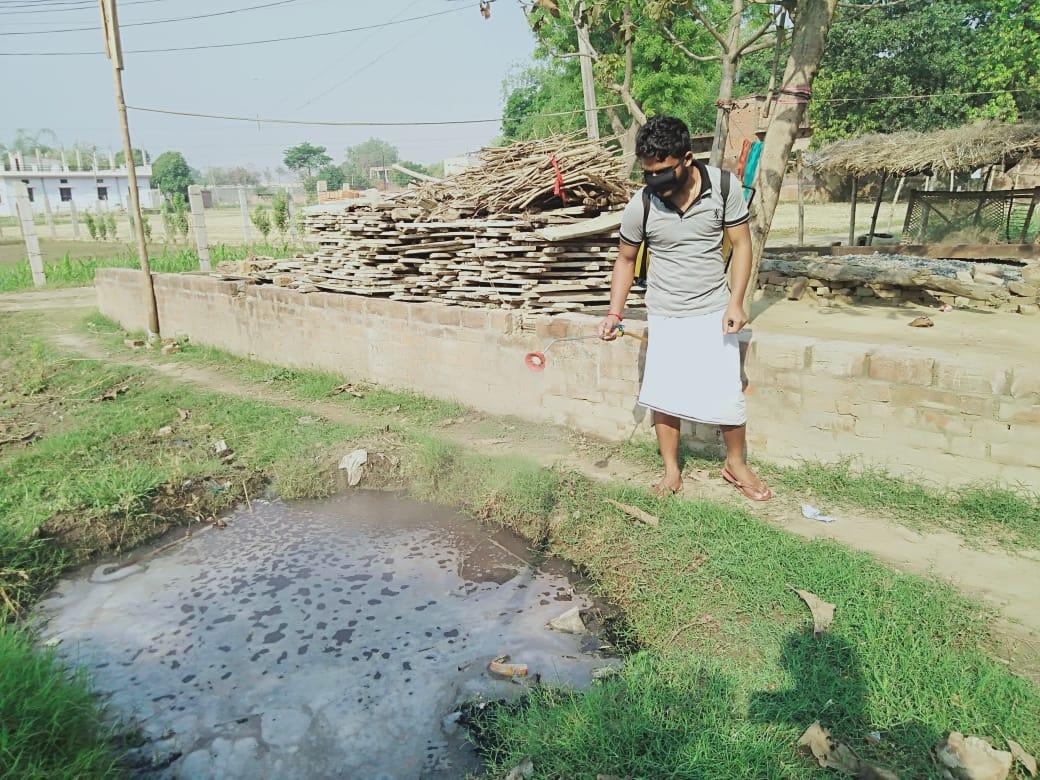 जौनपुर। यदुवंशी सेना समिति के मीडिया प्रभारी डॉ. केके यादव सिरकोनी ब्लाक, ग्राम रैभानिपुर पोस्ट मदारपुर थाना लाइनबाजार जिला जौनपुर के द्वारा आज अपने घर एवं गांव के आस पड़ोस के घरों को खुद दवाओं का छिड़काव एवं सेनीटाइजर किये। डा. यदुवंशी एक खुद आयुवर्वेद के अच्छे डाक्टर होने के नाते उन्होंने गांव के लोगों को जागरूक किया और अपील किया और कहा कि कृपया अच्छे से साफ सफाई करे, अपने घरों को एवं दरवाजों के कुंडियों को जिन्हे आप बार बार छूते है तो उस पर गर्म पानी या काढ़ा का प्रयोग करें, भोजन करने से पहले हाथों को अच्छे से धो ले, माक्स का प्रयोग करे, बाहर से आई सब्जी एवं फलो को अच्छे से गर्म पानी से धोकर रखे, अपने घर मे बुजुर्गों एव छोटे बच्चे का ख्याल ज्यादा रखे और खुद का भी पान, गुटखा, सिगरेट, मसाला का उपयोग न करें, सर्वाजनिक जगहों पर न थूके, एक दूसरे से दूरी बना कर रखे, क्योकि देश में कोरोना तेजी से अपना पैर पसारे जा रहा है, कोरोना केस देश मे 30 हजार के करीब पहुंचने वाला है, मित्यु संख्या भी 1 हजार के करीब पहुंचने वाला है। इस लिए अपने आप को सुरक्षित रखे। लॉक डाउन का पालन करें माक्स का युपयोग करे, हाथों को धोते रहे यही दवा है हमारे लिए।