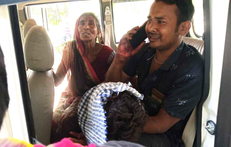 जौनपुर। बरसठी थाना क्षेत्र के सरसरा गांव में बुधवार को पांच लोगों की मौत हो गयी। घटना से पूरे गांव में हड़कम्प मच गया। सूचना पर पहुंची पुलिस ने मृतकों के शव को कब्जे में लेकर पोस्टमार्टम के लिए भेज दिया। घटना से परिवार में कोहराम मच गया। सरसरा गांव में नन्हकू सरोज के परिजन पड़ोसी के दीवाल के बगल में नई दीवाल बनाने के लिए नींव खोद रहे थे। इसी दौरान पड़ोसी की दो दिन पहले बनी दीवाल जो बारिश में बैठने लगी थी भरभराकर गिर गयी। घटना में अखिलेश, पंकज बिंद तथा कपूरा देवी गंभीर रूप से घायल हो गये। आनन—फानन में लोग अखिलेश, पंकज को भदोही बोलेरो से इलाज के लिए लेकर भागे। वहीं कपूरा को बाइक से लेकर लक्ष्मीशंकर पुत्र शीतला प्रसाद, ऊषा देवी पुत्री मंगला मियांचक इलाज के लिये जा रहे थे। रास्ते में ही विपरीत दिशा से सरकारी खाद्यान्न लेकर आ रही पिकअप से टकरा गये। घटना में लक्ष्मीशंकर, उषा देवी व कपूरा देवी की मौके पर ही मौत हो गयी। इधर थोड़ी ही देर में इलाज के दौरान अखिलेश व मजदूर पंकज बिन्द ने भी दम तोड़ दिया। जैसे ही घटना की जानकारी क्षेत्र में हुई लोग सन्नाटे में आ गये और सभी घटनास्थल की ओर दौड़ पड़े। मौके पर पहुँचे थाना प्रभारी मुन्ना राम धुसिया, क्षेत्राधिकारी विजय कुमार सिंह ने पांचों शवों को कब्जे में लेकर आवश्यक कार्रवाई में जुट गयी है। सूचना पर एसडीएम मड़ियाहूं केके मिश्रा भी बरसठी थाने पहुंच कर वस्तुस्थिति की जानकारी लेने में जुटे हुए हैं।