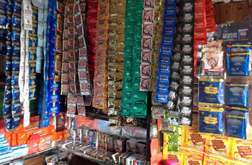 दुगुने दाम पर धड़ल्ले बेचे जा रहे हैं गुटखा डा. संजय यादव बदलापुर, जौनपुर। स्थानीय तहसील क्षेत्र के प्रतिबंध के बावजूद  नगर पालिका कस्बे में दुकानों से लेकर होल सेलर्स के पास खुलेआम गुटखा, तंबाकू, सिगरेट, खैनी जैसे सामान बेचे जा रहे हैं। लॉक डाउन के दौरान भी इस नशे के सामानों की बिक्री में कोई कमी नहीं आई है। उल्टा प्रतिबंध के नियम का फायदा उठाते हुए अधिक दाम में गुटखे और सिगरेट को बेच करके मुनाफा कमाया जा रहा है। बाजार में 10 से लेकर 15 रुपए तक सिगरेट और गुटखे पर मनमाने ढंग से दाम वसूले जा रहे हैं। वहीं कुछ दुकानदारों ने कहा कि लॉक डाउन में गुटखा का कोई भाव नहीं है। बता दें कि लॉक डाउन में अधिकतर परचून की दुकानों पर सिगरेट अंडर द काउंटर बेचे जा रहे हैं। दुकानदार अपने नियमित ग्राहकों का चेहरा देखकर तुरंत सिगरेट दे देते हैं जबकि नए ग्राहक को पहले मॉल की शार्टेज बताकर मना कर देते हैं, फिर अधिक दाम में बेच देते हैं। मंगलवार को एक अपरिचित व्यक्ति एक दुकान पर जाकर सिगरेट मांगी तो दुकानदार ने पहले तो मना कर दिया, फिर बातों ही बातों में बताया कि होलसेलर के यहां से माल कम आ रहा है, इसलिए थोड़ी महंगी मिल जाएगी। वहीं वीआईपी शौक के नाम पर लूट ही लूट है। बाजार में सबसे अधिक पसंद किए जाने वाले गुटखे और तंबाकू की भी प्रतिबंध के बावजूद खुलेआम बिक्री हो रही है। कई फेमस कंपनी के गुटखों को 10 से लेकर 14 रुपए अधिक तक में बेचा रहा है लेकिन दुकानदार केवल अपने आस-पास या जान पहचान वाले नियमित ग्राहक को ही गुटखा बेच रहे हैं, वह भी महंगे दाम पर। इस बाबत पूछे जाने पर स्थानीय कस्बे के शुभम ने बताया कि एक दुकान पर पता किया गया तो रजनीगंधा को 10 रूपये अधिक में दिया जा रहा था।