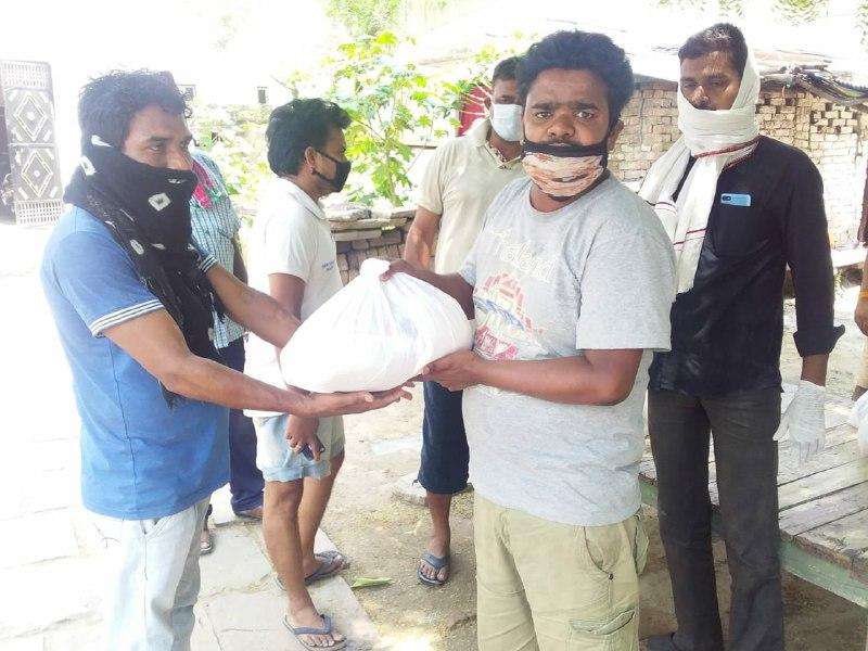 मयंक कश्यप वाराणासी। युवा समाजसेवी रजत कुमार श्रीवास्तव के नेतृत्व में करौदी के श्रीवास्तव बस्ती में 40 गरीबों में राशन किट का  वितरण किया गया। बताया जा रहा है कि किट की सामग्री में 5 किलो आटा, 5 किलो चावल, 2 किलो दाल, आधा लीटर तेल, 1 किलो नमक और मसाले के पैकेट भी थे। राशन पैकेट वितरण के दौरान सोशल डिस्टेंसिंग का भी पालन किया गया। इसके अलावा रजत कुमार श्रीवास्तव के नेतृत्व में यहाँ हर हफ्ते 40 लोगों को राशन पैकेट दिया जा रहा है। इस कार्य मे शुभम कुमार श्रीवास्तव, अखिलेश पाठक, आलोक शर्मा, परमेश्वरानन्द शर्मा एवं अरविंद कुमार श्रीवास्तव आदि मौजूद थे।