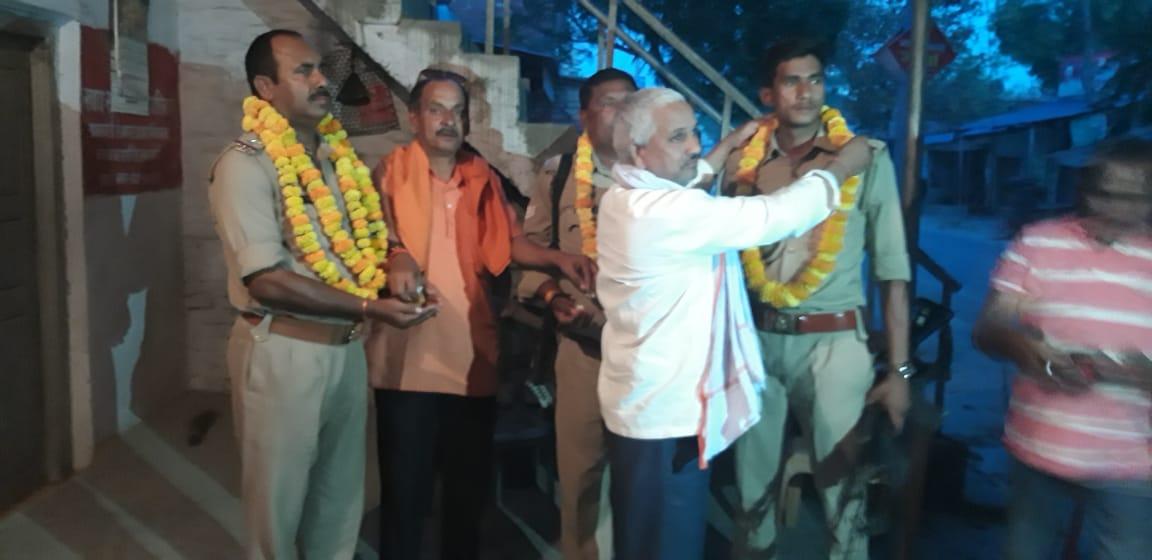 थानागद्दी, जौनपुर। चन्दवक थाना क्षेत्र के रतनूपुर बाजार में क्षेत्र के लोंगो ने कोविड 19 के संकट से उबरने  में चन्दवक पुलिस द्वारा सफलता पूर्वक कर्तव्य निर्वहन के लिए माला पहनाकर सम्मानित किया। रविवार को रतनूपुर बाजार में भाजपा के बरिष्ठ नेता विष्णु सिंह के नेतृत्व में एस आई बीरेंद्र यादव कांस्टेबल संजय यादव तथा सत्येंद्र कुमार को माला पहनाकर उत्साह वर्धन किया गया। मालूम हो कि लॉकडाउन का पालन कराने में समाज मे समन्वय बनाकर बगैर छुट्टी लिए चन्दवक पुलिस अब तक अपनी ड्यूटी में सफल रही है। माल्यार्पण करने वालों में प्रधान हरिराम पाल, प्रधान करिया राय, नरेंद्र पांडेय तथा करिया सिंह, दीनू पांडेय मुख्यरूप से शामिल थे।