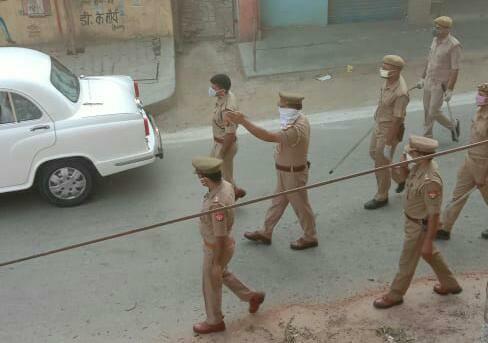 आशंकित 2 लोगों को एंबुलेंस से जांच के लिए भेजा मुस्ताक आलम रोहनिया, वाराणसी। रोहनिया थाना क्षेत्र के अंतर्गत गंगापुर में एसएसपी प्रभाकर चौधरी ने हाट स्पाट एरिया गंगापुर में अपराह्न लगभग 5 बजे निरीक्षण के दौरान कुरौना संक्रमण से हुए मृतक परिवार के लोगों से मिलकर लोगों को सांत्वना देते हुए बताया कि जो दो लोग पॉजिटिव पाए गए हैं उनका इलाज जारी है वो भी जल्द ही ठीक हो जाएंगे और बाकी सभी लोगों का जांच नीगेटिव पाये जाने के बारे में बताते हुए परिवार वालों को सांत्वना दिये। उसके बाद रोहनिया थाना प्रभारी परशुराम त्रिपाठी को कहा कि गंगापुर हॉटस्पॉट एरिया का सुरक्षा व्यवस्था के बारे में किसी प्रकार की लापरवाही नहीं होनी चाहिए। इसके अलावा नगर पंचायत गंगापुर के चेयरमैन दिलीप सेठ ने बताया कि हर वार्ड में लोगों के स्वास्थ्य संबंधी जानकारी लेने के लिए लगाए गए आंगनवाड़ी तथा सभासदों से प्राप्त सूचना पर वार्ड नंबर 9 में रहने वाले मिठाई मौर्य की पत्नी चंदा देवी 55 वर्षीय तथा चंदन 24 वर्षीय नामक लड़के को खांसी तथा सांस लेने में शिकायत होने पर एंबुलेंस बुलाकर दोनों लोगों को जांच के लिए पंडित दीनदयाल उपाध्याय हॉस्पिटल के लिए भेजा गया। इसके अलावा नगर पंचायत अधिशासी अभियंता अजीत कुमार सिंह ने तथा गंगापुर चौकी इंचार्ज संजय सिंह ने बताया कि हाटस्पाट एरिया में विगत दो-तीन दिन से लोगों को खाने पीने के सामान सही ढंग से नहीं उपलब्ध हो रहा था जिसको लेकर सभी लोगों में खाने पीने की समस्या पैदा हो गई थी। जिसको देखते हुए शुक्रवार को कुछ लोगों का टीम बनाकर लोगों को खाने-पीने संबंधी सब्जी दूध फल व अनाज घर-घर पहुंचाया गया।