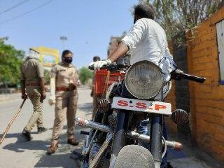 जितेंद्र चौधरी वाराणसी। ड्यूटी पर तैनात महिला सब-इंस्पेक्टर नीलम सिंह ने उक्त वाहन  को रोका और जब एसएसपी लिखने की वजह पूछी तो उसने जवाब भी मजेदार दिया। उसने अपने नाम के पहले अक्षरों को लोगों पर रौब गांठने के लिये एसएसपी लिख रखा था। पहड़िया मंडी में खुद को कार्यरत बताया और बिना हेलमेट फल लेकर कही जाने की बात बताते हुए अर्दब में लेने का भी प्रयास किया। बहरहाल महिला दरोगा ने वहां मौजूद चौकी प्रभारी कचहरी सुरक्षा तरुण कश्यप की मदद से मोटरसाइकिल समेत सवार को थाने भिजवाया और बुलेट को सीज कर अग्रिम कार्यवाही की गई। name,dhanwaan,apni,or,khinche,karne,wala,totka,pati,attract,girlfriend,bane,totke,gharelu upchaar,gharelu nuskhe,hair care nuskhe,kisi ko apna banane ka wazifa,wazaif e qurani,mohabbat ka wazifa,wazifa for love,kisi ko apne pyar mein pagal karne ka wazifa,kise k dil mein mein mohabbat paida karne ka wazifa, kaise, ke, likh,vahi,kar,karen,her,cheez,ko,kadmo,jo