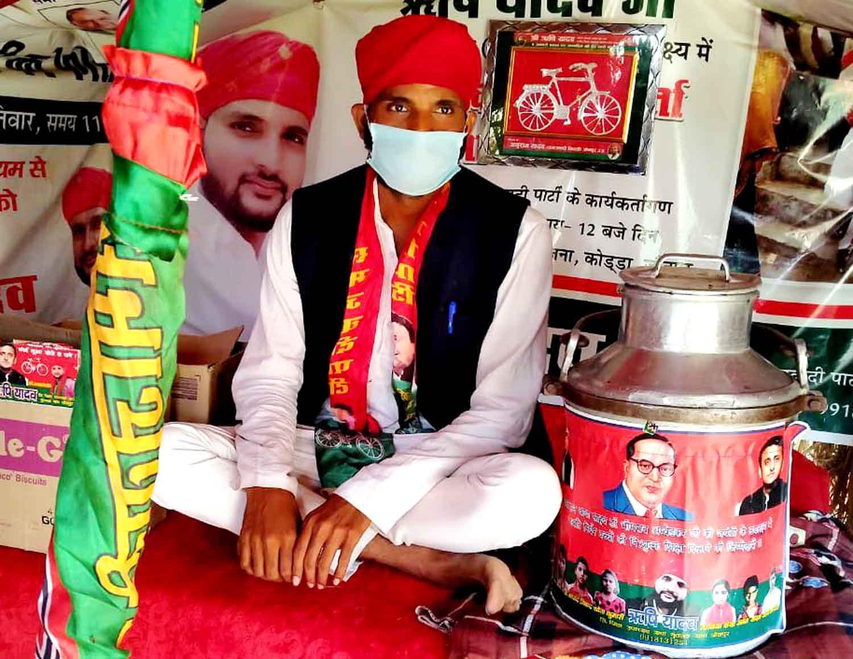 जौनपुर। एक तरफ जहां पूरे देश में कोरोना जैसी वैश्विक महामारी के कारण लॉकडाउन है जिससे असहाय, दिहाड़ी मजदूरों एवं गरीब तबके के लोगों व बच्चों को खाने-पीने की काफी दिक्कतें हो रही है। वहीं समाजवादी पार्टी (Samajwadi Party) के राष्ट्रीय अध्यक्ष अखिलेश यादव (Akhilesh Yadav) के निर्देश पर जिले के सक्रिय एवं जुझारू युवा सपा नेता ऋषि यादव (Rishi Yadav) पूरे लॉकडाउन में लगातार असहाय एवं गरीब बच्चों को नि:शुल्क दूध पिलाने का कार्य कर रहे हैं। इसके बाद ऋषि यादव ने एक विशेष पहल शुरू की है। वे अब 'समाजवादी कुटिया' (Samajwadi Kutiya) के माध्यम से लोगों की मदद करने का कार्य कर रहे हैं। वे रोजाना समाजवादी कुटिया (Samajwadi Kutiya) में बैठकर गरीब बच्चों में दूध, फल एवं बिस्किट वितरण का सेवा कार्य कर रहे हैं। इसके साथ ही इस लॉकडाउन (Lockdown) में 'समाजवादी कुटिया' (Samajwadi Kutiya) गरीबों एवं असहायों का सहारा बना हुआ है। युवा सपा नेता ऋषि यादव ने बताया कि राष्ट्रीय अध्यक्ष अखिलेश यादव (National President Akhilesh Yadav) के निर्देश पर गरीब बच्चों में दूध वितरण का सेवा कार्य पिछले कई दिनों से कर रहे हैं और यह सेवा कार्य पूरे लॉकडाउन तक चलता रहेगा। इसके साथ ही समाजवादी पार्टी के राष्ट्रीय अध्यक्ष अखिलेश यादव के निर्देशानुसार हमने 'समाजवादी कुटिया' (Samajwadi Kutiya) के जरिए सेवा कार्य करने की पहल शुरू की है। इस कुटी में रोजाना गरीब व असहाय बच्चों को दूध, फल एवं बिस्किट का वितरण किया जा रहा है। उन्होंने कहा कि इस कोरोना संकटकाल में देश भर के मज़दूर, किसान व पशुपालक सबसे ज़्यादा परेशानी में हैं। इसके बावजूद इस देश का पशुपालक और किसान वर्ग संसाधनविहिन लोगों तक मदद पहुँचाने में सबसे आगे है। मुझे ख़ुशी है कि मेरा जन्म खेतिहर व पशुपालक परिवार में हुआ जिसके बदौलत आज मैं अपने गाँव के आसपास के बच्चों के चेहरों पर मुस्कान लाने में सफल हो पा रहा हूँ। श्री यादव ने कहा कि समाजवादी कुटिया (Samajwadi Kutiya) में रोज़ाना आने वाले बच्चों से इस क़दर लगाव बढ़ता जा रहा है कि अब आने वाले समय में मैं इसी कुटिया में बच्चों के बेहतर शिक्षा के लिए एक बेहतर पुस्तकालय बनाने का प्रयास करूँगा। जो भी लोग बच्चों के पुस्तकालय के लिए पुस्तक दान करना चाहते हैं वो मुझसे सम्पर्क कर रहे हैं। हम आप मिलकर इन बच्चों की ज़िं