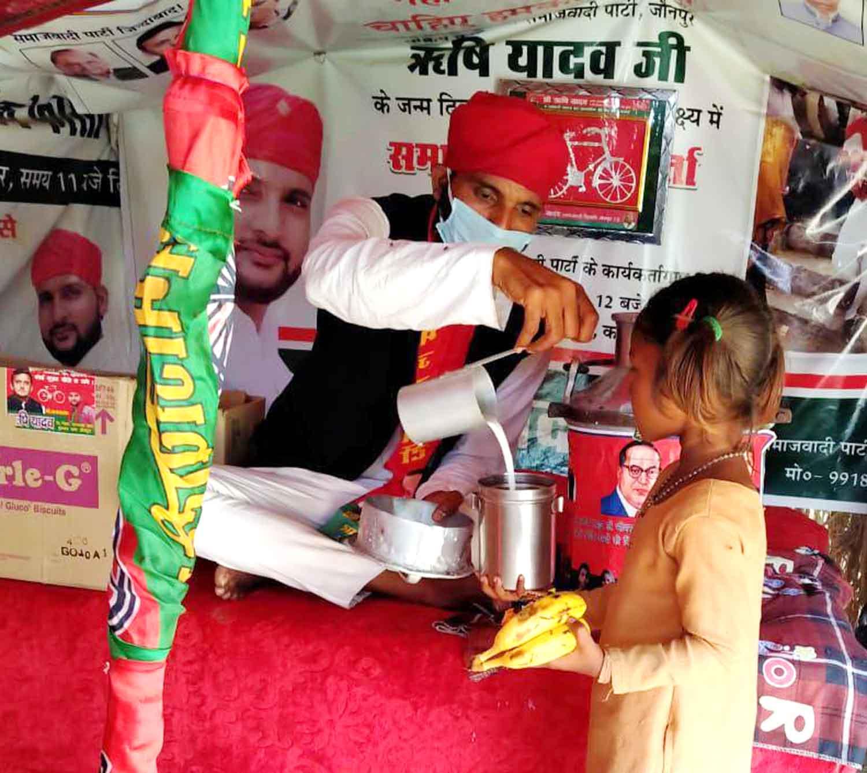 जौनपुर। एक तरफ जहां पूरे देश में कोरोना जैसी वैश्विक महामारी के कारण लॉकडाउन है जिससे असहाय, दिहाड़ी मजदूरों एवं गरीब तबके के लोगों  व बच्चों को खाने-पीने की काफी दिक्कतें हो रही है। वहीं समाजवादी पार्टी (Samajwadi Party) के राष्ट्रीय अध्यक्ष अखिलेश यादव (Akhilesh Yadav) के निर्देश पर जिले के सक्रिय एवं जुझारू युवा सपा नेता ऋषि यादव (Rishi Yadav) पूरे लॉकडाउन में लगातार असहाय एवं गरीब बच्चों को नि:शुल्क दूध पिलाने का कार्य कर रहे हैं। इसके बाद ऋषि यादव ने एक विशेष पहल शुरू की है। वे अब 'समाजवादी कुटिया' (Samajwadi Kutiya) के माध्यम से लोगों की मदद करने का कार्य कर रहे हैं। वे रोजाना समाजवादी कुटिया (Samajwadi Kutiya) में बैठकर गरीब बच्चों में दूध, फल एवं बिस्किट वितरण का सेवा कार्य कर रहे हैं। इसके साथ ही इस लॉकडाउन (Lockdown) में 'समाजवादी कुटिया' (Samajwadi Kutiya) गरीबों एवं असहायों का सहारा बना हुआ है। युवा सपा नेता ऋषि यादव ने बताया कि राष्ट्रीय अध्यक्ष अखिलेश यादव (National President Akhilesh Yadav) के निर्देश पर गरीब बच्चों में दूध वितरण का सेवा कार्य पिछले कई दिनों से कर रहे हैं और यह सेवा कार्य पूरे लॉकडाउन तक चलता रहेगा। इसके साथ ही समाजवादी पार्टी के राष्ट्रीय अध्यक्ष अखिलेश यादव के निर्देशानुसार हमने 'समाजवादी कुटिया' (Samajwadi Kutiya) के जरिए सेवा कार्य करने की पहल शुरू की है। इस कुटी में रोजाना गरीब व असहाय बच्चों को दूध, फल एवं बिस्किट का वितरण किया जा रहा है। उन्होंने कहा कि इस कोरोना संकटकाल में देश भर के मज़दूर, किसान व पशुपालक सबसे ज़्यादा परेशानी में हैं। इसके बावजूद इस देश का पशुपालक और किसान वर्ग संसाधनविहिन लोगों तक मदद पहुँचाने में सबसे आगे है। मुझे ख़ुशी है कि मेरा जन्म खेतिहर व पशुपालक परिवार में हुआ जिसके बदौलत आज मैं अपने गाँव के आसपास के बच्चों के चेहरों पर मुस्कान लाने में सफल हो पा रहा हूँ। श्री यादव ने कहा कि समाजवादी कुटिया (Samajwadi Kutiya) में रोज़ाना आने वाले बच्चों से इस क़दर लगाव बढ़ता जा रहा है कि अब आने वाले समय में मैं इसी कुटिया में बच्चों के बेहतर शिक्षा के लिए एक बेहतर पुस्तकालय बनाने का प्रयास करूँगा। जो भी लोग बच्चों के पुस्तकालय के लिए पुस्तक दान करना चाहते हैं वो मुझसे सम्पर्क कर रहे हैं। हम आप मिलकर इन बच्चों की ज़ि