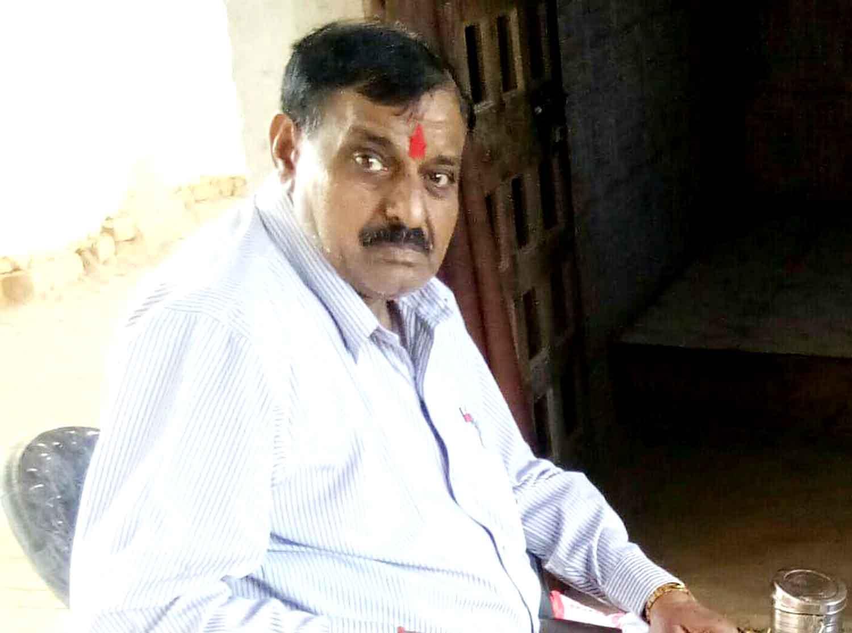 जलालपुर, जौनपुर।  भोजपुरी अभिनेता चन्दन सेठ के पिता सुशील कुमार वर्मा का गुरूवार की दोपहर में निधन हो गया। इसकी सूचना मिलते ही पूरे गांव में शोक की लहर दौड़ गई। लोग फोन के माध्यम से शोक संदेश व सांत्वना दे रहे हैं। केराकत तहसील अंतर्गत त्रिलोचन महादेव बाजार निवासी भोजपुरी अभिनेता चन्दन सेठ के 68 वर्षीय पिता सुशील कुमार वर्मा विगत कई माह से बीमार चल रहे थे। उनका कुछ माह पूर्व बीएचयू में इलाज चल रहा था। तबीयत में सुधार नहीं होते देख पिता ने घर में अपना शरीर त्यागने की अंतिम इच्छा जताई, जिस पर विगत 4 माह पहले उनके पिता को त्रिलोचन महादेव उनके पैतृक निवास पर लाया गया। गुरूवार दोपहर में करीब 3 बजे उनका निधन हो गया। उनके पिता व्यवसायी के साथ-साथ सामाजिक कार्यों में रूचि रखते थे। अभिनेता चन्दन ने अपने जीवन में पिता को ही अपना गुरु माना था। पिता के ही सिखाएं मार्ग पर आगे बढ़ते हुए मुकाम हासिल किया। गुरूवार को कोरोना वायरस के चलते लाकडाउन को देखते हुए शव यात्रा मणिकर्णिका घाट तक गई, जहां उनके बड़े बेटे विनय वर्मा ने मुखाग्नि दी। तीन भाई विनय वर्मा, अनुराग वर्मा और चन्दन सेठ और एक बहन हैं। अभिनेता के बड़े भाई विनय वर्मा पेसे से अध्यापक हैं और दूसरे नंबर के भाई अनुराग वर्मा त्रिलोचन बाजार के उद्योग व्यापार मंडल प्रतिनिधि के अध्यक्ष हैं।