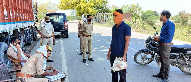 जौनपुर। पुलिस अधीक्षक के निर्देशन में जनपदीय पुलिस द्वारा लाकडाउन का उलंघन करने पर विभन्न थानों पर 91 व्यक्तियों के विरुद्ध मुकदमा पंजीकृत कर 12 लोगों को गिरफ्तार कर लिया गया है। जबकि पुलिस ने 241 वाहनों का चालान, 07 वाहन सीज एवं 31800 रुपए समन शुल्क वसूल किया। पुलिस अधीक्षक अशोक कुमार द्वारा कोरोना संक्रमण की रोकथाम के दृष्टिगत लाकडाउन का उलंघन करने वालों से सख्ती से निपटने व उनके विरुद्ध कार्यवाही के निर्देश के क्रम में जिले के विभिन्न थानों की पुलिस ने शुक्रवार को को 61 बैरियर/नाका पर 1054 वाहनों को चेक किया। समें 241 वाहनों का चालान, 07 वाहन सीज व 31800 रुपए समन शुल्क वसूला गया। इसके अलावा लाकडाउन का उलंघन करने पर 91 व्यक्तियों के विरुद्ध पंजीकृत कर 12 अभियुक्तों को गिरफ्तार किया गया। सिकरारा संवाददाता के अनुसारसिकरारा थाना प्रभारी निरीक्षक विनय प्रकाश सिंह के नेतृत्व में शुक्रवार को वाहन चेकिंग अभियान चलाया गया। उनके साथ एसआई रामशंकर पाण्डेय, कांस्टेबल राधेश्याम यादव, रमेश यादव, ओपी सिंह अभियान में लगे रहे। पुलिस के अनुसार सिकरारा में 20 वाहनों को चेक किया गया। जिमसें दो वाहनों का चालान हुआ। बता दें कि शुक्रवार को प्रभारी निरीक्षक पुलिस टीम के साथ बैंकों में निरीक्षण किये। इसके साथ ही बाजारों व गांवों में जाकर माइक के माध्यम से लोगों को जागरूक किया। उन्होंने लोगों से अपील किया कि सोशल डिस्टेंसिंग का पालन करें। आवश्यक कार्य के लिए ही मास्क लगाकार बाहर निकलें।