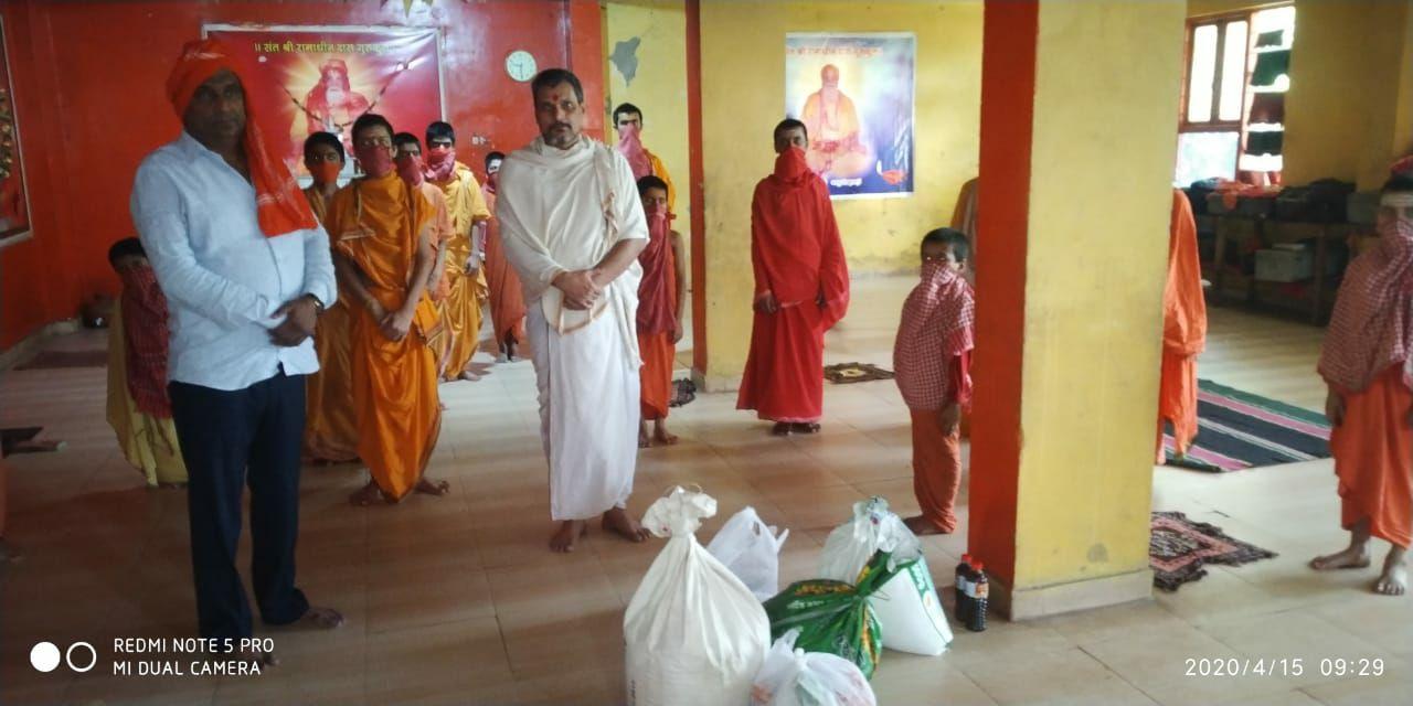 खुद खाद्य सामग्री लेकर पहुंचे और गुरुकुल संचालक को सौंपा मयंक कश्यप रोहनिया, वाराणासी। भिखारीपुर चितईपुर में रामाधीन दास गुरुकुल में 20 छात्रों के फंसे होने और खाने-पीने की समस्या को लेकर खबर जब भदवर गांव के ग्राम प्रधान पति उदय भान सिंह उदल तक पहुंची तो वे खुद को रोक नहीं पाये। बच्चों के लिए आवश्यक खाद्य सामग्री, तेल, साबुन, मसाले और बिस्कुट लेकर वे खुद संत रामाधीन दास गुरुकुल भिखारीपुर पहुंचे। उन्होंने वहां गुरुकुल संचालक मनोज कुमार ठाकुर को उक्त राहत सामग्री सौंप दी। इस दौरान उन्होंने गुरुकुल में पढ़ रहे बच्चों से बातचीत भी की बटुको को आश्वस्त करते हुए उदल सिंह ने उन तक शीघ्र और खाद्य सामग्री पहुंचाने की आश्वासन दिया। उदल सिंह ने कहा कि बाबा विश्वनाथ की कृपा है कि काशी में बिना खाए कोई नहीं रह पाता। बटुकों के सामने ऐसी समस्या नहीं आने दी जाएगी। बटुको ने उदल सिंह का संस्कृत के श्लोक का वाचन करके स्वागत किया। मालूम हो कि भिखारीपुर चितईपुर में संचालित हो रहे, रामाधीन दास गुरुकुल में लगभग 20 बच्चे जो बिहार प्रांत के विभिन्न जनपदों के हैं लाक डाउन के समय से फंसे हुए हैं। छात्र तो यही पर रह कर पढ़ाई करते हैं लेकिन लाक डाउन के चलते इनके घर से खाद्य सामग्री और लोगों द्वारा दी जाने वाली राहत सामग्री नहीं पहुंच पा रही है। गुरुकुल के संचालक मनोज ठाकुर बताते हैं कि वह संस्कृत अनुराग के चलते यह केंद्र संचालित करते हैं। जहां पर बच्चे काशी में रहकर विद्यार्जन करते हैं। पिछले दिनों आदेश के चलते खाद्य सामग्री खरीदने और विभिन्न लोगों से मिलने वाली सामग्री केंद्र तक लाने में दिक्कत हुई। जिससे गुरुकुल के बच्चों को भोजन की समस्या हो रही थी। मनोज ठाकुर ने भी उदल सिंह को धन्यवाद ज्ञापित किया। उदल सिंह के मदद के बाद पूरे गुरुकुल में प्रसन्नता देखी गई। वहीं दूसरी तरफ खंड विकास अधिकारी काशी विद्यापीठ ने भी जानकारी के बाद गांव के ग्राम प्रधान को सूचित किया। ग्राम विकास अधिकारी को भी मौके पर भेजकर बच्चों के लिए राहत सामग्री उपलब्ध कराने का निर्देश दिया है।