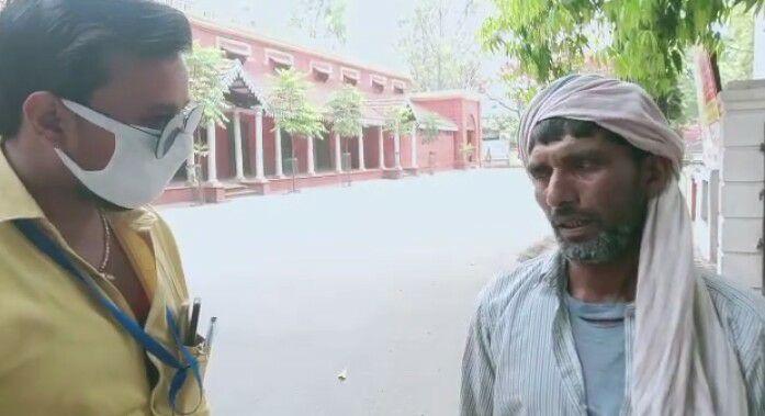 अतुल कुमार तिवारी जौनपुर। मनरेगा मजदूर और मनरेगा जॉब कार्ड धारक हवलदार यादव, जिसके साथ लगभग 20 दिन पहले ग्राम प्रधान  द्वारा उसका अंगूठा लगवाकर उसके खाते से 4500 रुपए निकाल कर 4300 रुपए अपने पास रख, शेष 200 रुपए मजदूर को थमा दिया। जिसके पश्चात मनरेगा मजदूर हवलदार यादव कुछ भी ना कर सका। उसके पास पर्याप्त रुपए ना होने के कारण उसे अपनी गृहसथ जीवन चलाने में समस्या आ रही थी। इस परेशानी को देखते हुए उसके पड़ोसियों ने उसकी हिम्मत बढ़ाई और उसको प्रधान के खिलाफ जिलाधिकारी महोदय के समक्ष अपनी समस्या पहुंचाने को कहा। जिसके पश्चात आज प्रातः उसके पड़ोसियों ने आपकी आवाज़ न्यूज पत्रकार अतुल कुमार तिवारी को फोन कर समस्या से अवगत कराया। उसके पश्चात अतुल कुमार तिवारी और पत्रकार हर्षवर्धन सिंह ने पीड़ित व उसके साथियों से कचहरी में मिल कर वीडियो बनाकर बयान लिया गया। तत्पश्चात जिलाधिकारी महोदय के समक्ष अपनी समस्या से अवगत कराने के लिए पहुंचे परन्तु दुर्भाग्यवश जिलाधिकारी महोदय से मिलने नहीं दिया गया जिलाधिकारी महोदय के पी.आर.ओ द्वारा जिलाधिकारी से मिलने नहीं दिया गया उसने संबंधित थाने में बात करने को कहा। जिसके पश्चात अतुल जी ने संबंधित थाना अध्यक्ष महोदय से बात कर प्रधान के विरूद्ध कार्यवाही करने की मांग की और उसके बाद थानाध्यक्ष ने कहा हम उचित कार्यवाही करेंगे, यह खबर प्रधान के पास पहुंचते ही पीड़ित को तत्काल 4500 रुपए अदा कर गया। जिसमें 200 रुपए अतिरिक्त धनराशि है जो प्रधान द्वारा दी गई है, फिर पत्रकार अतुल ने प्रधान को कॉल करके यह आश्वासन दिया कि दोबारा किसी के साथ भी ऐसी गलती ना हो इसका ध्यान जरूर रखें।