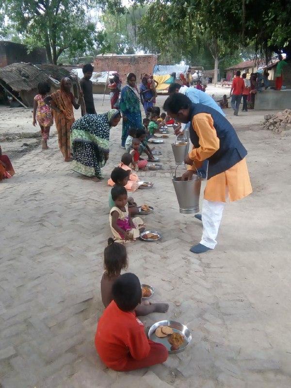 मयंक कश्यप वाराणसी, रोहनिया। रोहनिया विशुनपुर में वनवासियों को भोजन कराया गया। पूर्व प्रधान विशुनपुर रमाशंकर पटेल के पिता की तेरहवीं में विशुनपुर के वनवासी लोगों को भोजन कराया गया। कोरोना महामारी के कारण लॉक डाउन चल रहा है ऐसे में इस कार्यक्रम में सोशल डिस्टेंसिंग का भी पूरा ख्याल रखा गया और लोगों को भोजन भी कराया गया। क्षेत्र में इस पहल की काफी सराहना हो रही है। रोहनिया मण्डल मीडिया प्रभारी भाजपा आशुतोष कुमार ने बताया कि लॉक डाउन से सभी काम काज बंद है जिसके कारण कुछ लोगो मे भोजन की समस्या बन गयी थी तो पूर्व प्रधान ने पिता की तेरहवी में लोगों को भोजन कराया और कुछ लोगों के घर पर भोजन भी पहुंचाया। इस दौरान मण्डल अध्यक्ष रोहनियां विक्रम पटेल, मण्डल महामंत्री वीरेन्द्र सिंह, घाटमपुर प्रधान महेन्द्र सिंह पटेल, राजेश पटेल, क्षेत्र पंचायत सदस्य मुन्नालाल बनवासी इत्यादि लोग सम्मिलित हुए।