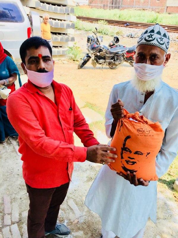 मयंक कश्यप वाराणासी। रोहनिया ग्राम फुलवरियां मे भाजपा जिलाअध्यक्ष हंसराज विश्कर्मा ने नेतृत्व में 50 लोगों को खाद्य सामग्री वितरण  किया गया। विशेषकर मुसलमान को इस रमजान के महिने में खाद्य सामग्री देकर हिन्दू-मुस्लिम आपसी भाईचारे संबंध को मजबूती प्रदान किया गया। इस कार्यक्रम में दिलीप मिश्रा, बाबू विश्वकर्मा, गोविन्दा पान्डेय, मनीष सिंह, आनन्द मिश्रा, अमित पान्डेय, स्वामी श्रीवास्तव, उमाशंकर चौबे, आयुष प्रजापति, आनन्द उपाध्याय कार्यक्रम मे उपस्थित रहे।