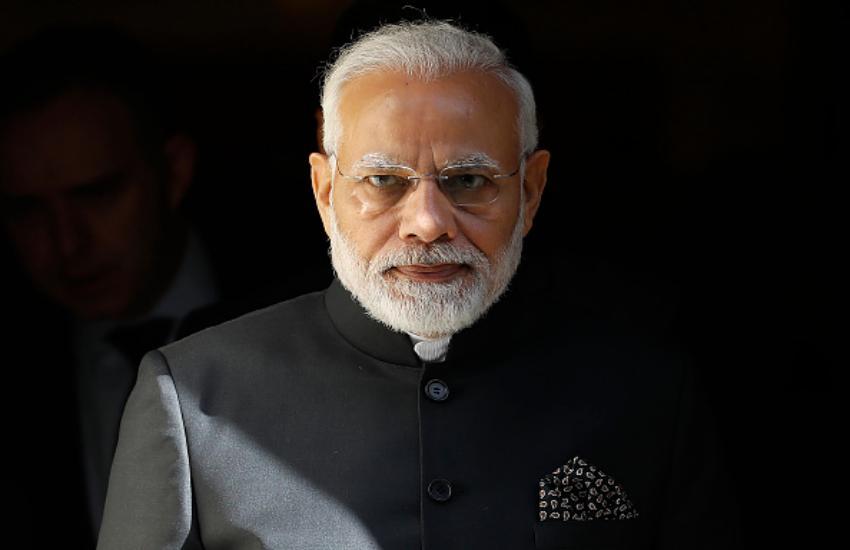 """प्रधानमंत्री नरेंद्र मोदी  (Narendra Modi) ने कोरोना वायरस (Coronavirus) को लेकर जागरूकता फैलाने के मकसद से एक वीडियो ट्वीट किया है, पीएम मोदी ने वीडियो ट्वीट करते हुए लिखा, """"बच्चों ने खेल-खेल में जो बता दिया, उसमें कोरोना महामारी से बचने की एक बड़ी सीख है। वीडियो में कुछ बच्चे दिखाई दे रहे हैं जिनके हाथ में कॉपी-किताब है, बच्चे एक छोटे से मैदान में जाते हैं जहां पर थोड़ी-थोड़ी दूर पर कुछ ईंटें रखी हुई हैं। एक बच्चा बोलता है कि 'मान लो ये सारे आदमी हैं और एक आदमी में कोरोना है अब तुम देखो कि कैसे एक कोरोना पीड़ित दूसरे, तीसरे, चौथे को बीमार करता है। इसके बाद बच्चा एक ईंट को गिरा देता है जिससे थोड़ी-थोड़ी दूर पर लाइन में लगीं ईंटें एक-एक करके गिर जाती हैं, फिर वो बच्चा कहता है कि समझ में आया कि कोरोना कैसे फैसला है अब वो बच्चा बोलता है कि देखो कोरोना से बचने का उपाय सिंपल है, फिर उसी तरह सभी ईंटों को खड़ा कर दिया जाता है वो बच्चा फिर एक ईंट गिराता है, लेकिन सभी ईंट गिरने से पहले बीच से एक ईंट निकाल देता है, जिससे सभी ईंट गिरने से बच जाती हैं। पीएम मोदी ने इसके अलावा एक और वीडियो ट्वीट किया है, इस वीडियो में दो लड़कियां गाना गाती हुई दिख रही हैं गाने में कोरोना वायरस को लेकर जागरूक रहने का संदेश दिया गया है पीएम मोदी ने यह वीडियो ट्वीट करते हुए लिखा, """"सैबा और सैशा गुप्ता जैसी युवाओं पर गर्व है, वे कोरोना वायरस को हराने के लिए जागरूकता फैला रही हैं।"""