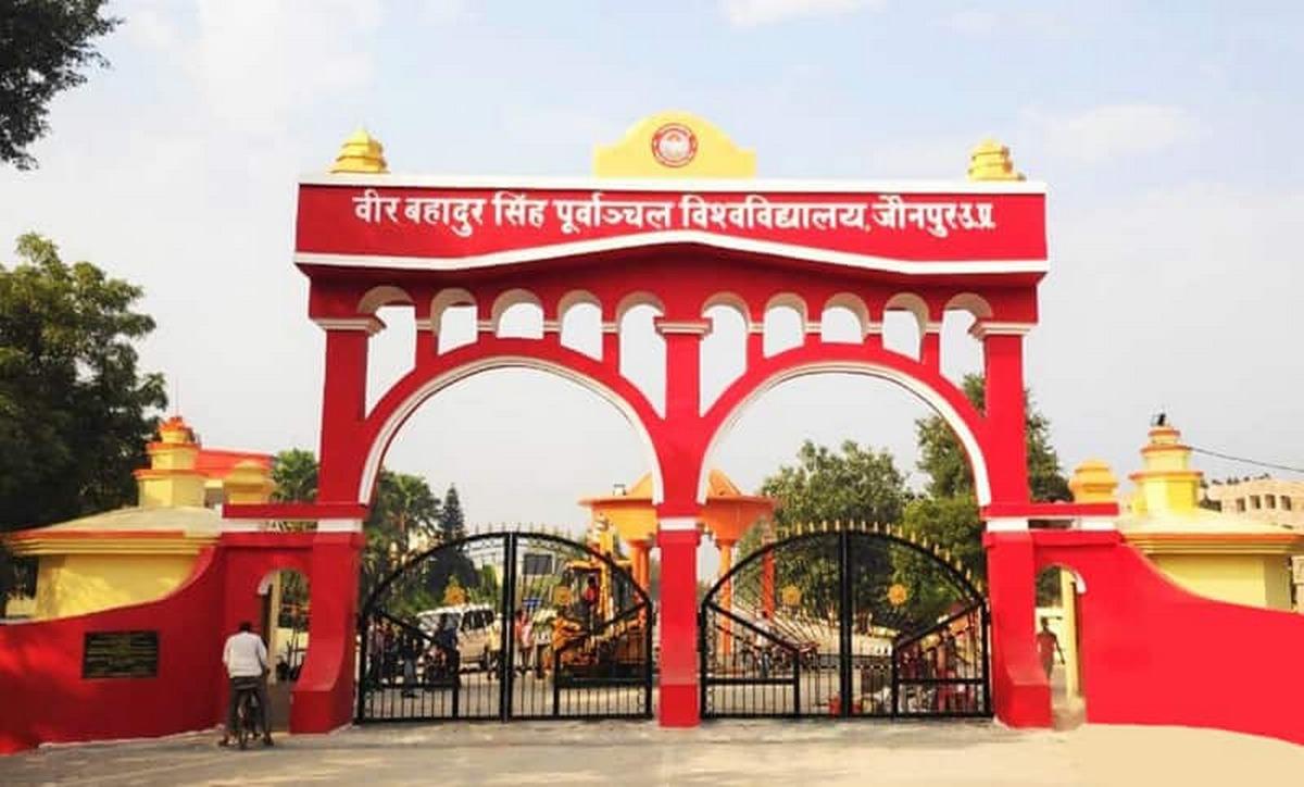 जौनपुर। वीर बहादुर सिंह पूर्वांचल विश्वविद्यालय के कुलपति, अधिकारियों, शिक्षकों एवं कर्मचारियों के 1 दिन का वेतन 9 लाख 75 हजार रूपये उत्तर प्रदेश के मुख्यमंत्री के आपदा राहत कोष में विवि के वित्त विभाग द्वारा बुधवार को जमा किया गया। बता दें कि पूविवि के कुलपति प्रो. डा. राजाराम यादव ने लोगों से अपील किया था कि कोरोना वायरस से लड़ने के लिये उत्तर प्रदेश आपदा राहत कोष एवं प्रधानमंत्री केयर्स फण्ड में अपने सामर्थ्य के अनुरूप अधिक से अधिक धनराशि जमा करें। इसी को लेकर पूविवि परिवार के सभी सदस्यों ने अपना एक दिन का वेतन पीड़ितों को सहायतार्थ दिया। इसी क्रम में जनपद के माध्यमिक शिक्षक, प्रधानाचार्य एवं शिक्षणेत्तर कर्मचारियों ने अपना एक दिन का वेतन मुख्यमंत्री राहत कोष में जमा कर दिया। इस आशय की जानकारी माध्यमिक शिक्षक संघ के जिला उपाध्यक्ष व जिला मीडिया प्रभारी राजेश सिंह ने दी है। उन्होंने बताया कि पूरे प्रदेश के सभी साथियों का एक दिन का वेतन मिलाकर कुल 61 लाख 79 हजार 804 रूपये हुआ है।