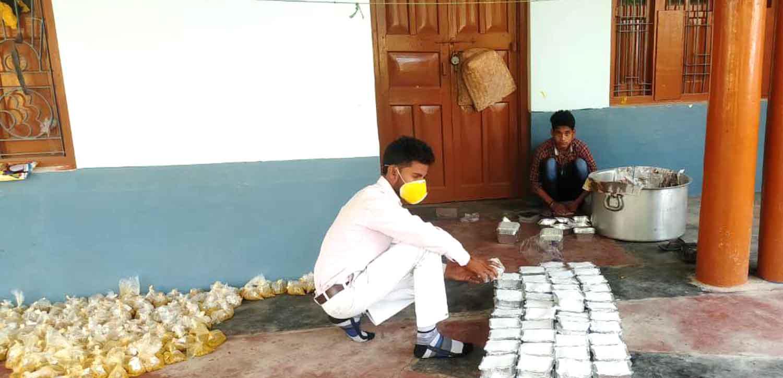 जौनुपर। भूखों को भोजन कराने को लेकर संकल्पित सिपाह निवासी युवा समाजसेवी शैलेश यदुवंशी द्वारा प्रत्येक दिन भोजन बनावाने के साथ स्वयं ठेला चलाकर जरूरतमन्दों के घर तक पहुंचाया जा रहा है। मंगलवार को 351 पैकेट भोजन के साथ 51 किलो दूध का खीर बांटा गया। इस सेवा कार्य को करने में उनके सहयोगी अंकुर मिश्रा लगातार लगे हुये हैं।