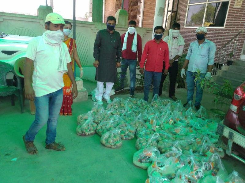 मुस्ताक आलम आराजी लाइन, वाराणसी। स्थानीय क्षेत्र आराजी लाइन ब्लाक प्रमुख नगीना सिंह पटेल प्रतिनिधि डॉ. महेंद्र सिंह पटेल ने मंगलवार को सैकड़ों वंचित परिवार के सदस्यों को खाद्य सामग्री का वितरण किया। लॉक डाउन के चलते लोग मजदूरी नहीं कर पा रहे हैं और अपने घरों में कैद है। कुछ परिवारों में तो खाना बनाने का सामान भी नहीं उपलब्ध है। खाने का भी संकट आ गया है। बेसहारा लोगों की मदद के लिए ब्लाक प्रमुख नगीना सिंह पटेल आगे आई जरूरतमंदों की सूची बनाने के बाद उन्होंने ग्रामीणों को अपने आवास ब्लॉक मुख्यालय पर जरूरी खाद्य सामान और सब्जियां वितरित की। इस दौरान ब्लाक प्रमुख ने ब्लॉक मुख्यालय पर जल्द ही राहत केंद्र की खोलकर वहीं से रोजाना क्षेत्र के जरूरतमंदों को सामूहिक रसोई के जरिए पका पकाया खाना उपलब्ध कराया जाएगा। वहीं खंड विकास अधिकारी दिवाकर सिंह ने बताया कि प्रशासन से अनुमति लेकर सामूहिक किचन के जरिए सोशल डिस्टेंस का पालन कराते हुए जरूरतमंदों को पका खाना उपलब्ध कराया जाएगा। इस दौरान ब्लाक प्रमुख नगीना सिंह पटेल, डॉ. महेंद्र सिंह पटेल, विजय पटेल प्रधान कचनार, राजकुमार गुप्ता, मोहम्मद अनवर, कमल पटेल, जयसवाल वर्मा, मोहम्मद अकरम अली, मनोज कुमार पटेल, एडवोकेट नागेंद्र प्रसाद सिंह, दिनेश यादव आदि लोगों ने सहयोग दिया।