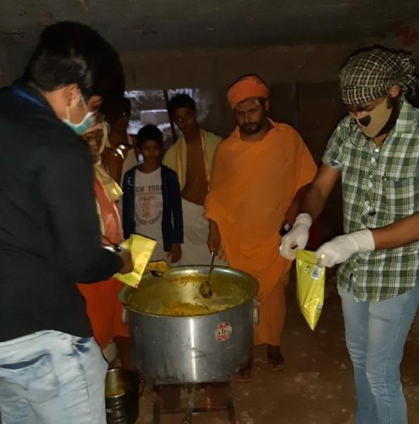 वाराणसी। इस कोरोना महामारी में वस्त्र दान फाउंडेशन प्रतिदिन जरूरतमंद लोगों तक भोजन मुहैया करा रही हैं, इसी घड़ी में जरूरतमंदो की मदद के लिए ईश्वर के रूप मे आगे आये राजगुरु मठ के पीठाधीश्वर परम पुज्य दांडी स्वामी अनंतानंद सरस्वती जी जिन्होने 500 लोगों का भोजन बना कर संस्था को वितरण करने की ज़िम्मेदारी सौपी और ये भी कहाँ कि आगे भी ऐसे ही मदद करते रहेंगे। वस्त्र दान फाउंडेशन के संस्थापक सुधांशु सिंह का कहना हैं की संस्था 1 महीने से लगातार जरूरतमंद लोगों तक भोजन मुहैया करा रही हैं और आगे भी कराती रहेगी। संस्था का एक ही मक्सद हैं काशी मे कोई भूखा न रहे, कार्यक्रम में उपस्थित रहे आकाशदीप तिवारी, प्रशन पाठक, घनश्याम विश्वकर्मा आदि लोग उपस्थित रहे।