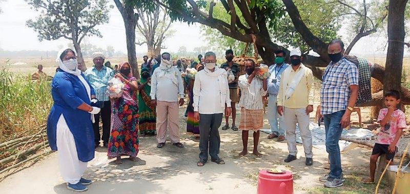 अतुल राय जलालपुर, जौनपुर। स्थानीय क्षेत्र के कुसियां तथा मोजरा गांव के गरीब बस्तियों में प्रधानाध्यापिका व जिला बामसेफ संयोजक संजू चौधरी के सहयोग से रेलवे यातायात निरीक्षक रमाशंकर के नेतृत्व में खाद्यान्न बांटा गया। इस बाबत संजू चौधरी ने बताया कि कोरोना महामारी की वजह से सरकार लॉक डाउन का समय बढ़ा दिया है जिससे गरीबों को रोजमर्रा काम करने वाले मजदूरों का काम बन्द हो गया है। काम बन्द होने के बावजूद उनके सहित परिवार को खाने की कोई समस्या न हो, इसके लिए हम अपने क्षमता के अनुसार खाद्यान्न बाँट रहे हैं। इस कार्य से हमें भी आत्मिक सुख प्राप्त होता है। इस अवसर पर अजित योगी बसपा पूर्व मंडल प्रभारी, राजेश कुमार सहायक अध्यापक, राकेश गार्ड, कर्मजीत प्रसाद, जय प्रकाश, महेन्द्र प्रजापति आदि मौजूद रहे।