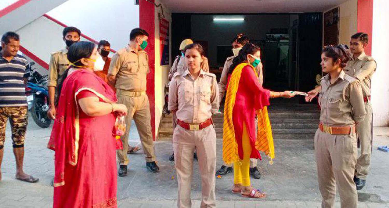 जौनपुर। जेसीआई शाहगंज शक्ति ने कोतवाली परिसर में महिला पुलिस सहित अन्य कर्मियों पर पुष्पवर्षा कर उनको सम्मानित किया। इस मौके पर अध्यक्ष  रीता जायसवाल ने कहा कि पुलिस भाइयों से कन्धा से कन्धा मिलाकर हमारी महिला पुलिस बहनें भी कोरोना से युद्ध कर रही हैं। इस कार्यक्रम में डा. रूचि मिश्रा ने सभी को मास्क वितरित किया जो रीता जायसवाल ने अपने हाथों से बनाया था। साथ ही कहा कि सभी अपना पूरा ख्याल रहें। औरों के साथ खुद को भी कोरोना से सुरक्षित रखें।