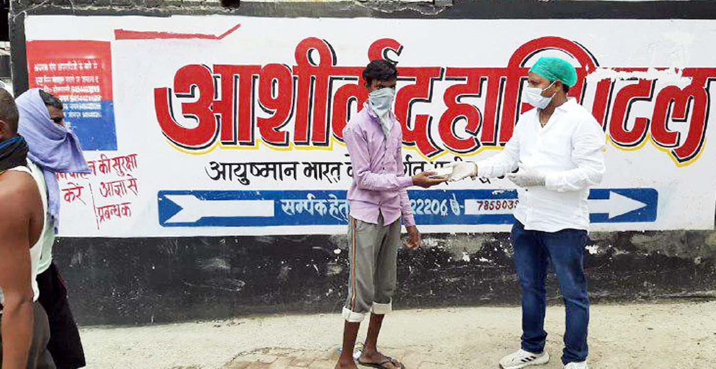 जौनपुर। राष्ट्रीय स्वयं सेवक संघ के अनुषागिंक संगठन सेवा भारती की तरफ से संचालित सेवा रसोई के माध्यम से लगातार 600 पैकेट भोजन दिया जा रहा है। आशीर्वाद हास्पिटल के प्रबंधक धर्मराज कन्नौजिया भोजन वितरण में लगातार सहयोग कर रहे हैं। उन्होंने बताया कि यह प्रेरणा उनके बड़े भाई डा. विनोद कुमार एवं भाभी डा. अन्जू से मिला है। उन्हीं के मार्गदर्शन पर वह हमेशा गरीबों की मदद कर रहे हैं। इस कार्य को सम्पन्न कराने तथा सेवा भारती के स्वयंसेवकों का उत्साहवर्धन करने में आशुतोष सिंह, नवीन सिंह, अभिमन्यु सिंह, बण्टी सिंह, प्रेम सिंह, विपिन सिंह, सुधांशू सिंह, नीतिश सिंह, सौरभ सिंह, अंशुमान सिंह, मनीष श्रीवास्तव, अशोक सिंह, मंयक श्रीवास्तव, आशीष वर्मा आदि प्रमुख हैं।