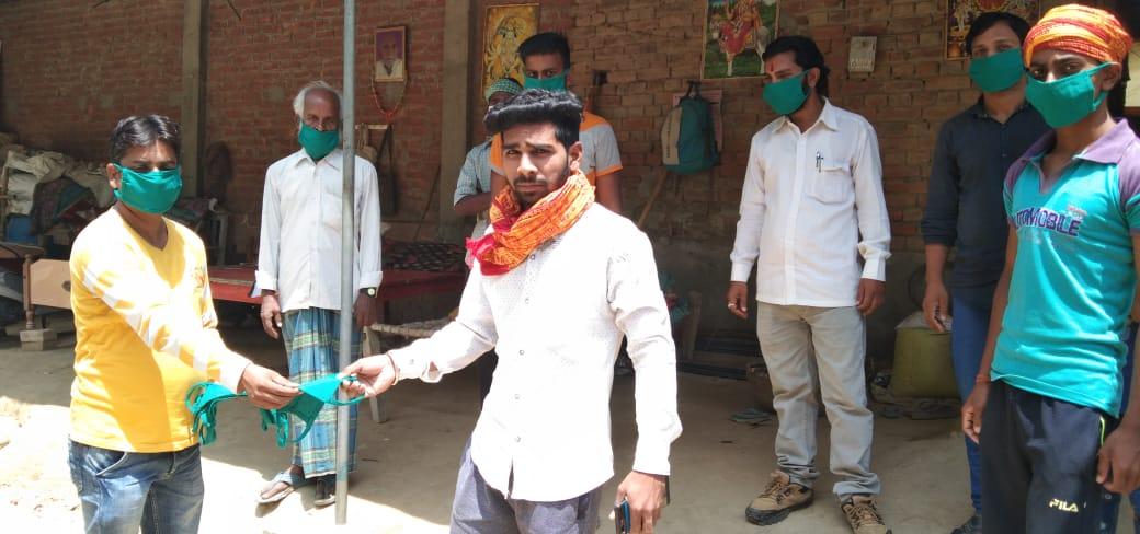 समाजसेवियों द्वारा चलाया जा रहा जनजागरूकता अभियान मे जुड़ रहे युवा वर्ग के लोग संजीव मिश्रा सेवापुरी, वाराणसी। स्थानीय क्षेत्र सेवापुरी विकास खण्ड के अंतर्गत सत्तनपुर, रैसीपुर, बरनी, भिटकुरी गाँव मे शनिवार को ईशा वास्य ट्रस्ट के सचिव उमेश कुमार पाण्डेय के द्वारा करोना वायरस कोविड 19 से बचाव के लिए सेनेटाइजर का छिड़काव साथ ही मास्क वितरण किया गया। संस्था के सचिव द्वारा ग्रामीणों को अपने घरों में रहने और अपने हाथों को बार-बार साबुन एवं हैंडवास से हाथ धोते रहें। एक दूसरे से कम से कम एक मीटर के दूरी बनाए रखें, और बाहर से कोई भी व्यक्ति गांव में आए, तो उसकी सूचना पंचायत एवं स्थानीय थाने को दे, और स्वच्छ रहे, सुरक्षित रहने को लेकर जनता को जागरूक किया गया। इस दौरान आचार्य पंडित अखिलेश तिवारी, शमशेर पटेल, सिंटू प्रजापति, कमलेश तिवारी, बृजेश तिवारी, प्रभाकर पटेल, चंदन, दिलीप, ओमप्रकाश, अमित, सत्यदेव आदि लोग उपस्थित रहे।