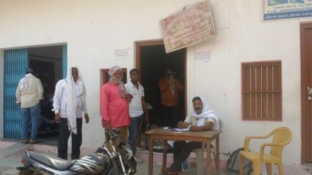 जौनपुर। जिला पूर्ति अधिकारी अजय प्रताप सिंह ने निर्देशित किया था कि कोविड-19 महामारी के दृष्टिगत शासन द्वारा 15 मई 2020 से 25 मई 2020 तक (25 मई 2020 को प्राॅक्सी के माध्यम से) निःशुल्क 01 किग्रा0 चना प्रति कार्ड व 05 किग्रा0 चावल प्रति यूनिट पर जिले के उचित दर विक्रेताओं द्वारा वितरण किया जाना है। उसी क्रम में आज जिले भर में 1 किलो चना प्रति कार्ड तथा पांच किलो चावल प्रति यूनिट कोटेदारों ने बांटा। जिला पूर्ति अधिकारी द्वारा यह भी बताया गया था कि शासन द्वारा उपलब्ध कराये गये खाद्यान्न (चना व चावल) के वितरण के समय उचित दर विक्रेताओ द्वारा ऐसे लाभार्थी, जिनका नाम सूची में सम्मिलित है, यदि किसी भी कोटेदार द्वारा निर्धारित मात्रा का खाद्यान्न, निशुल्क नहीं देता है तो उपभोक्ता कार्यालय के सी0यू0जी0 मो0नं0-7839564816 (व्हाट्सएप्प नम्बर) पर साक्ष्य सहित शिकायत दर्ज करवाई जा सकती है।